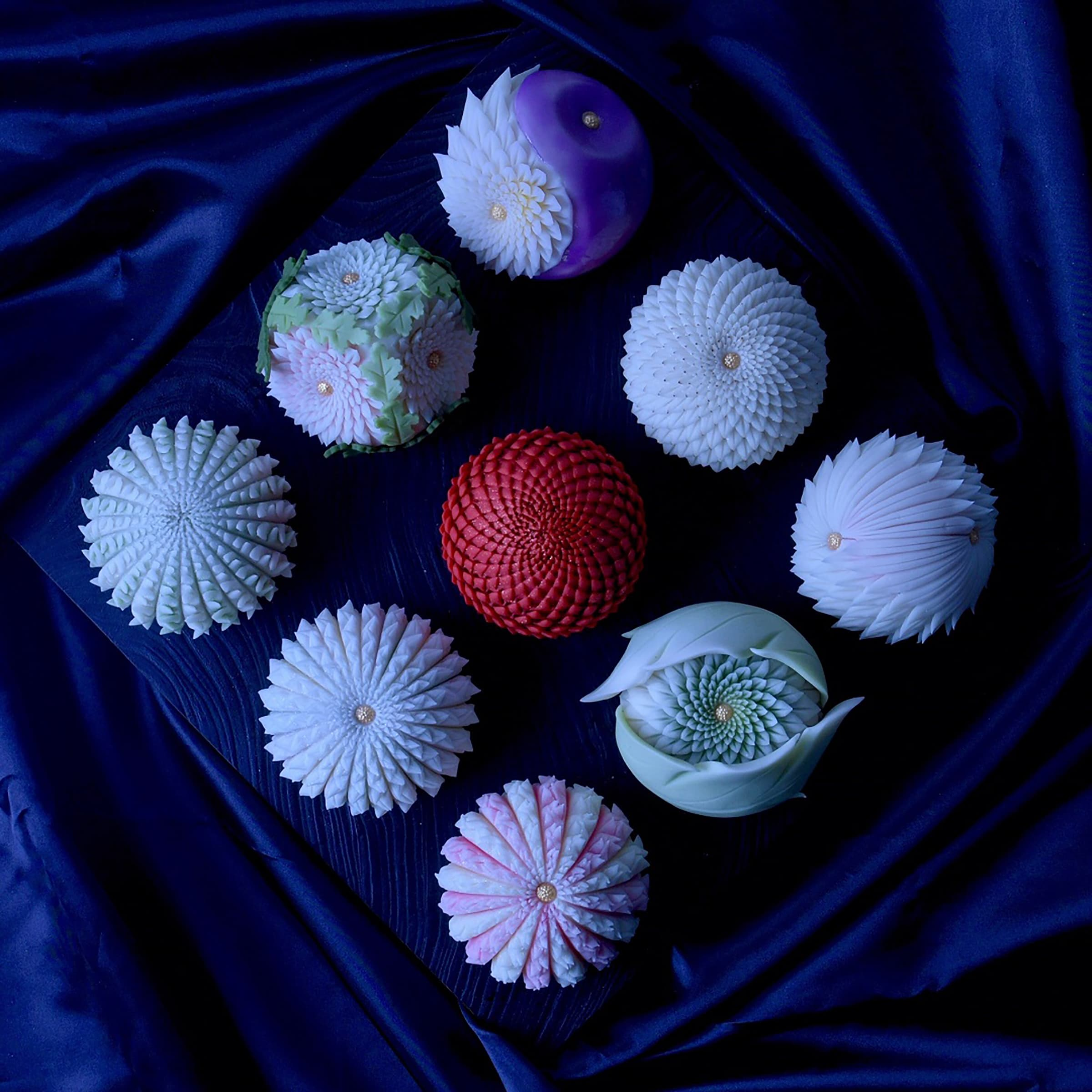 """利用""""铗菊""""技法,创作出各种华丽的菊花造型和菓子"""