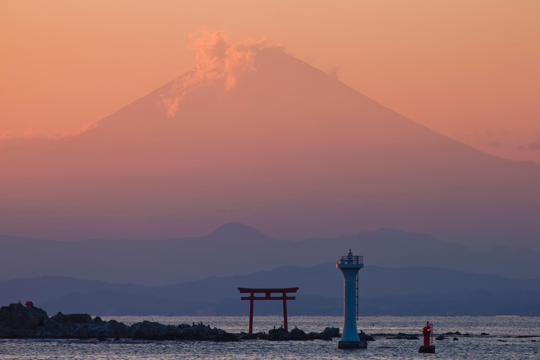 葉山の真名瀬(しんなせ)海岸から望む森戸神社