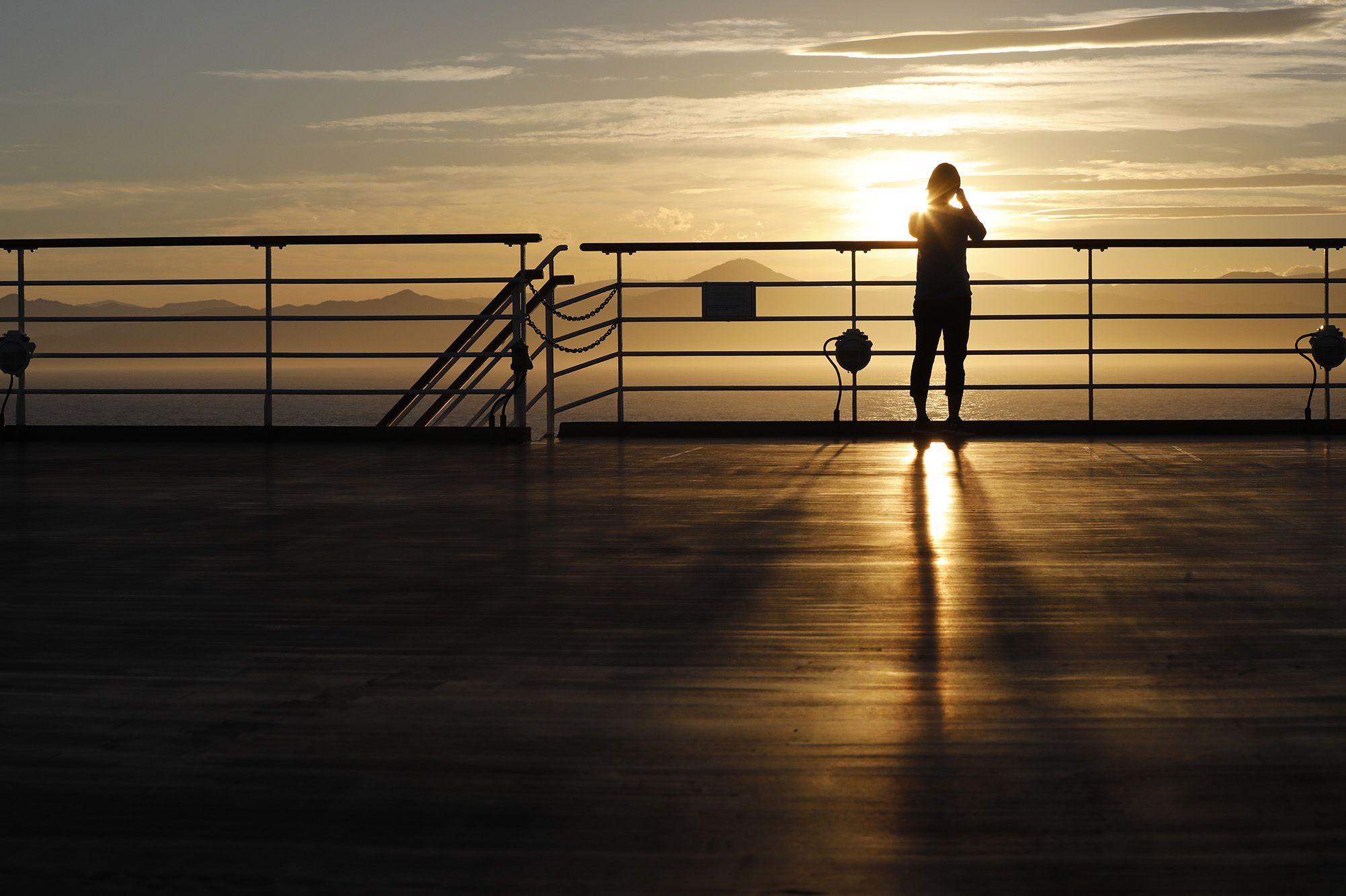 夕陽に照らされる岬の光景