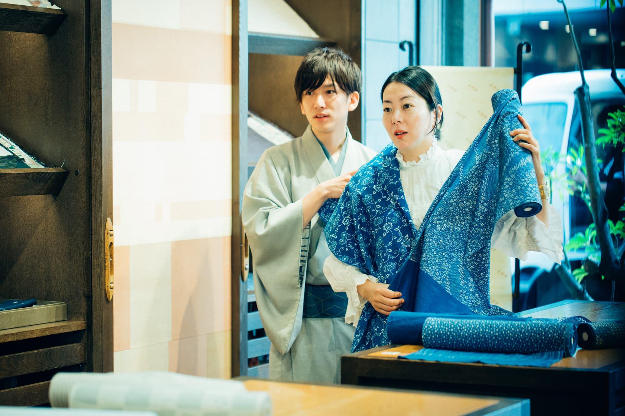 二代目の泉二啓太さんと、この夏着たい浴衣を選ぶ野村さん。