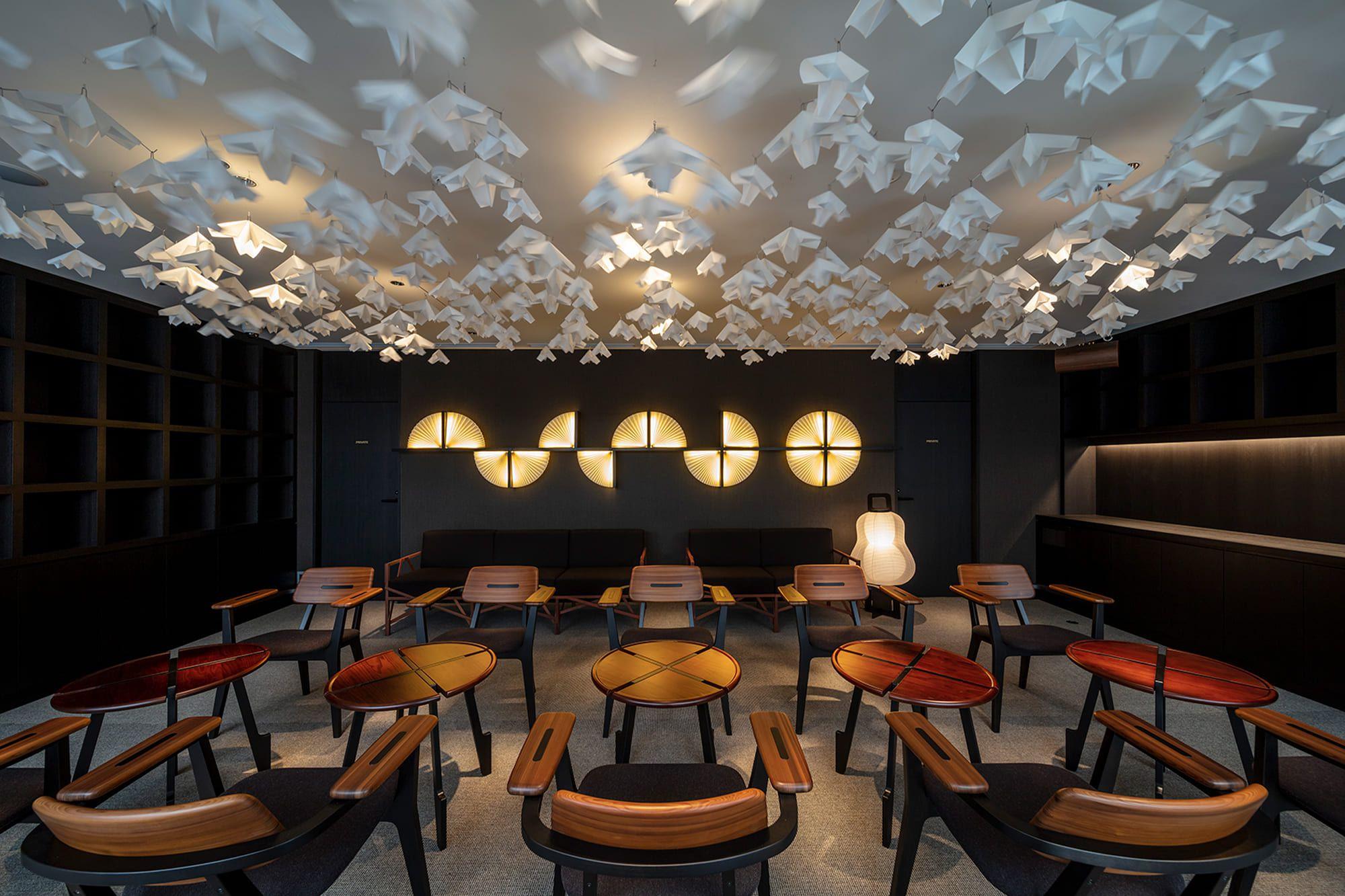飛騨産業のテーブルと椅子、奥のソファ、美濃和紙を使った天井のモビール、正面の壁の扇型の照明、提灯型の照明はすべてアトリエ・オイのデザイン(富小路通 Ⅱ)
