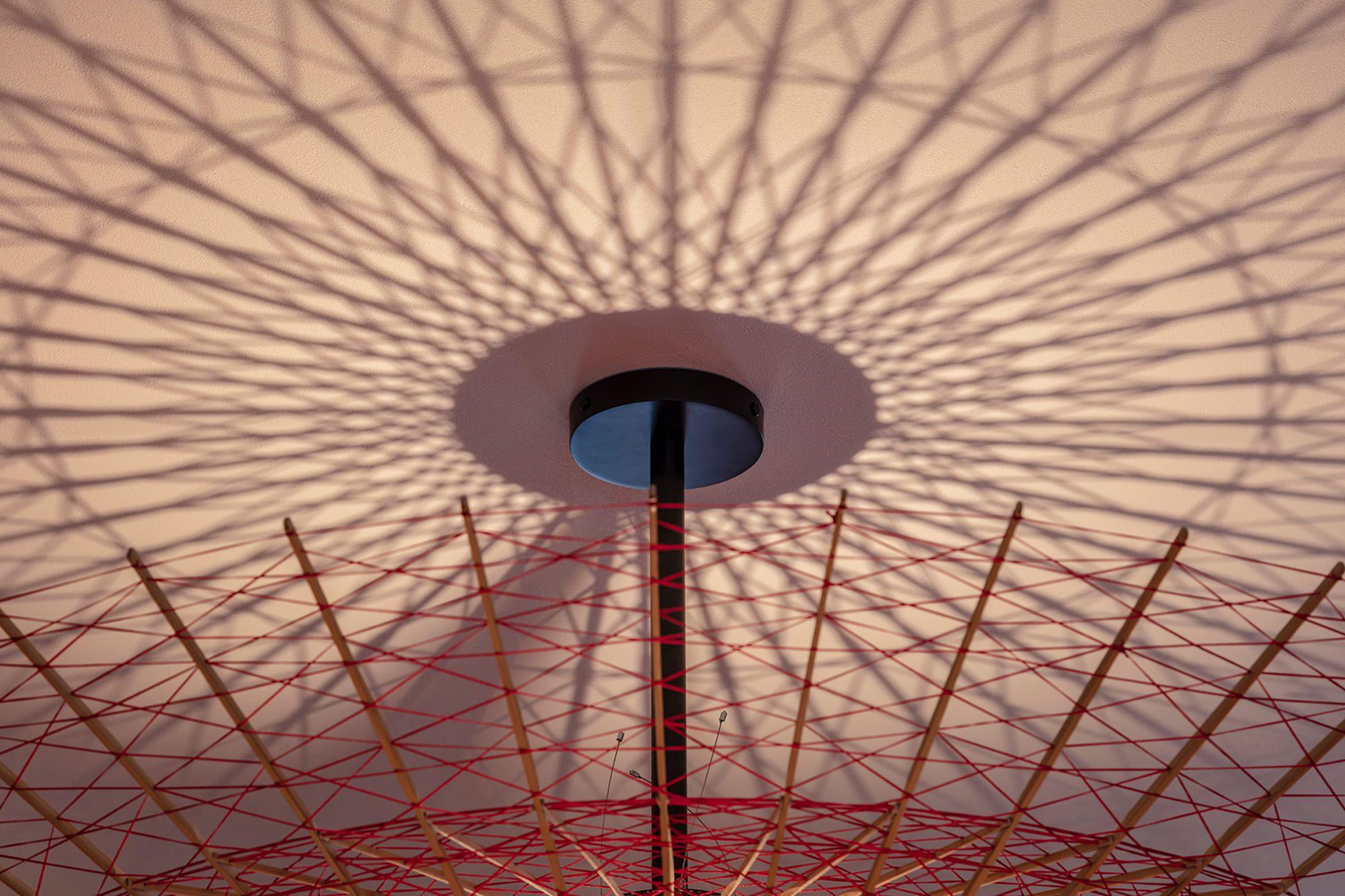 京都の和傘の老舗である日吉屋との協働により実現させた、和傘の骨組みのデザインのペンダント照明