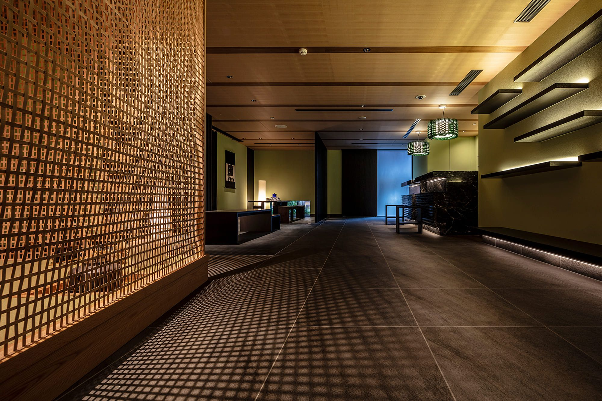 「麩屋町通り Ⅱ」のレセプション。内田繁デザインの茶室「山居」を通した陰影が美しい