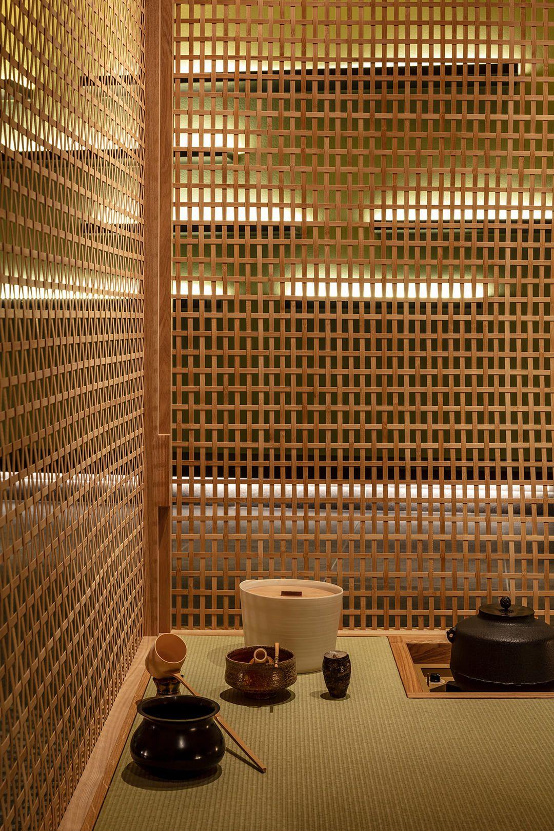 光の扱い、オブジェの位置など、茶道を例とする配置の精緻さが表現されている茶室