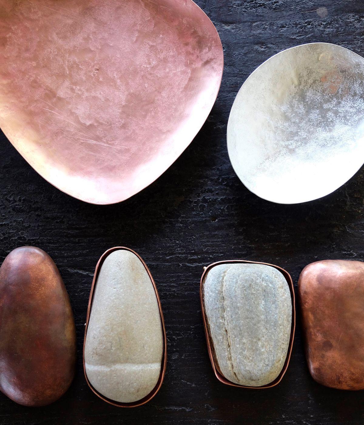 石に金属をまとわせながら形作っていく器「ishiki」