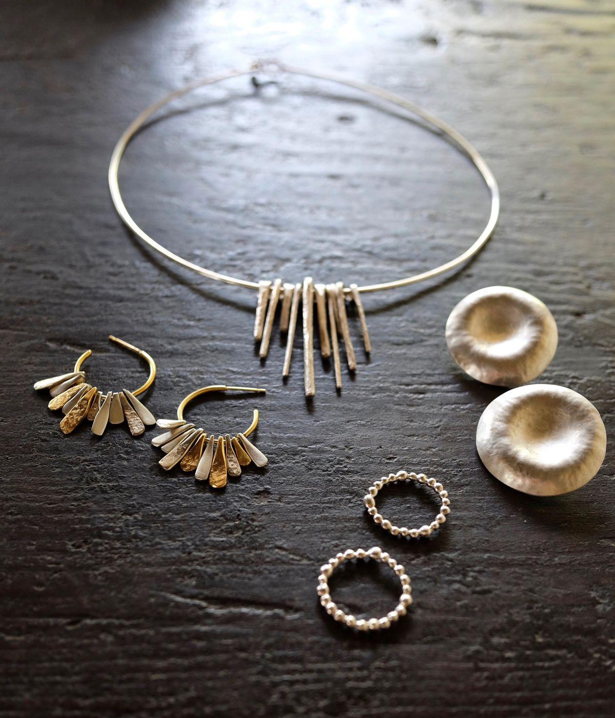 宇都宮 檀のジュエリーの数々。(上)EDA chorker、(右)hamon earring、(左)deco earring 、(下)planet eternity ring
