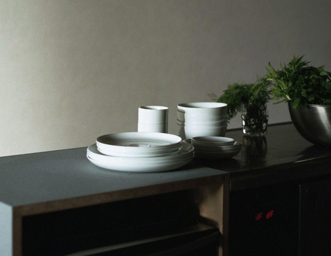「HIBITO」系列。陶瓷餐具、刀具和玻璃杯具一应俱全