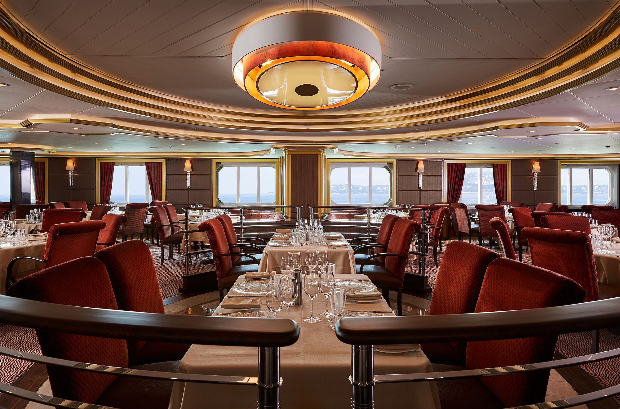 Atlantide, the on-board dining, offers a variety of seafood cuisine © Silver Sea Cruise, Japan Office