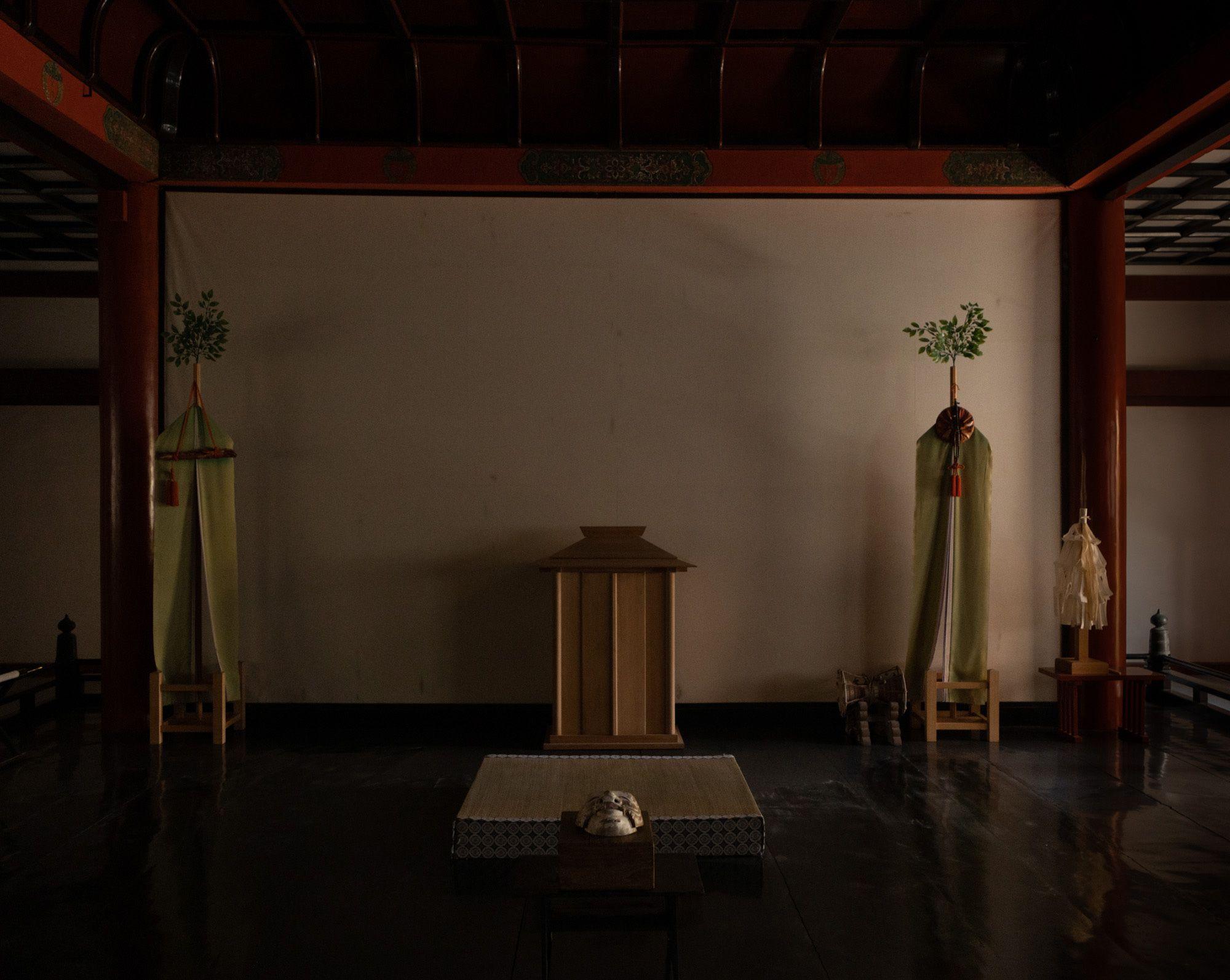 権殿に飾られた摩陀羅神面(またらじんめん)。談山神社には九つの面が伝わり、そのうち三つが翁面だ。この面だけ箱があり、「摩陀羅神面」と墨書されている。