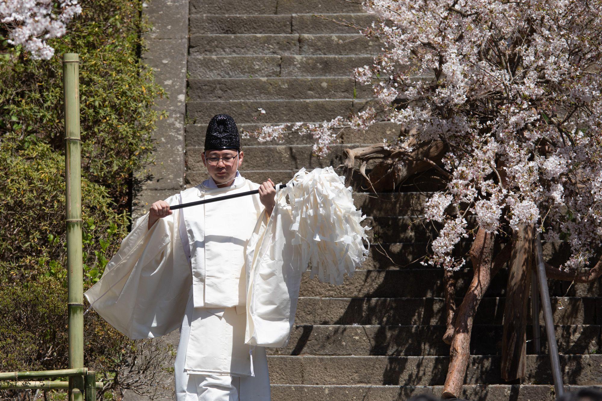 能に先立って修祓(祝詞)がおこなわれる。ヤマザクラ、マツ、ビャクシンを使った辻雄貴の花が、松羽目板の代わりとなった。