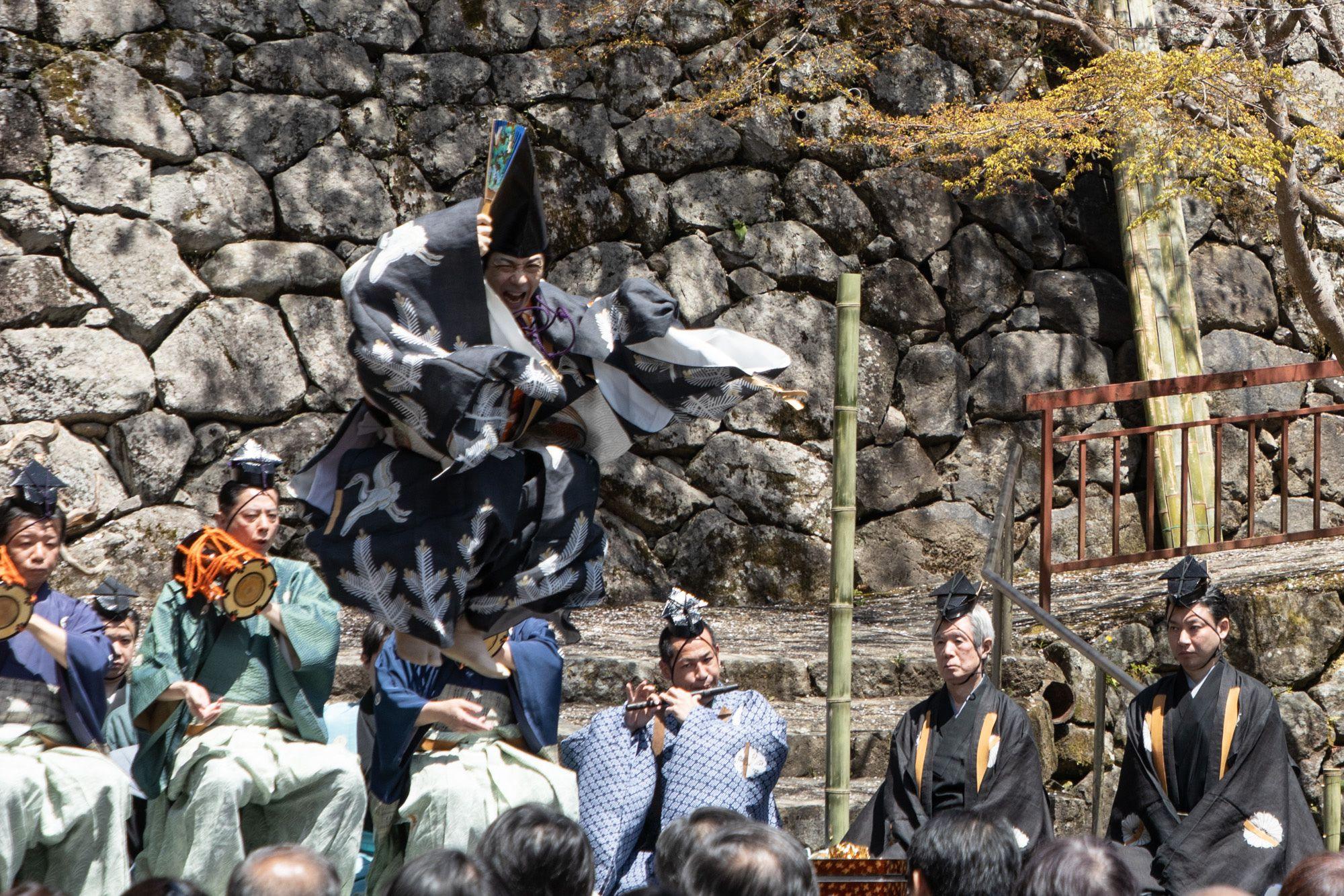 三番叟の舞が最高潮に。ダイナミックな跳躍や掛け声で、座を清める。