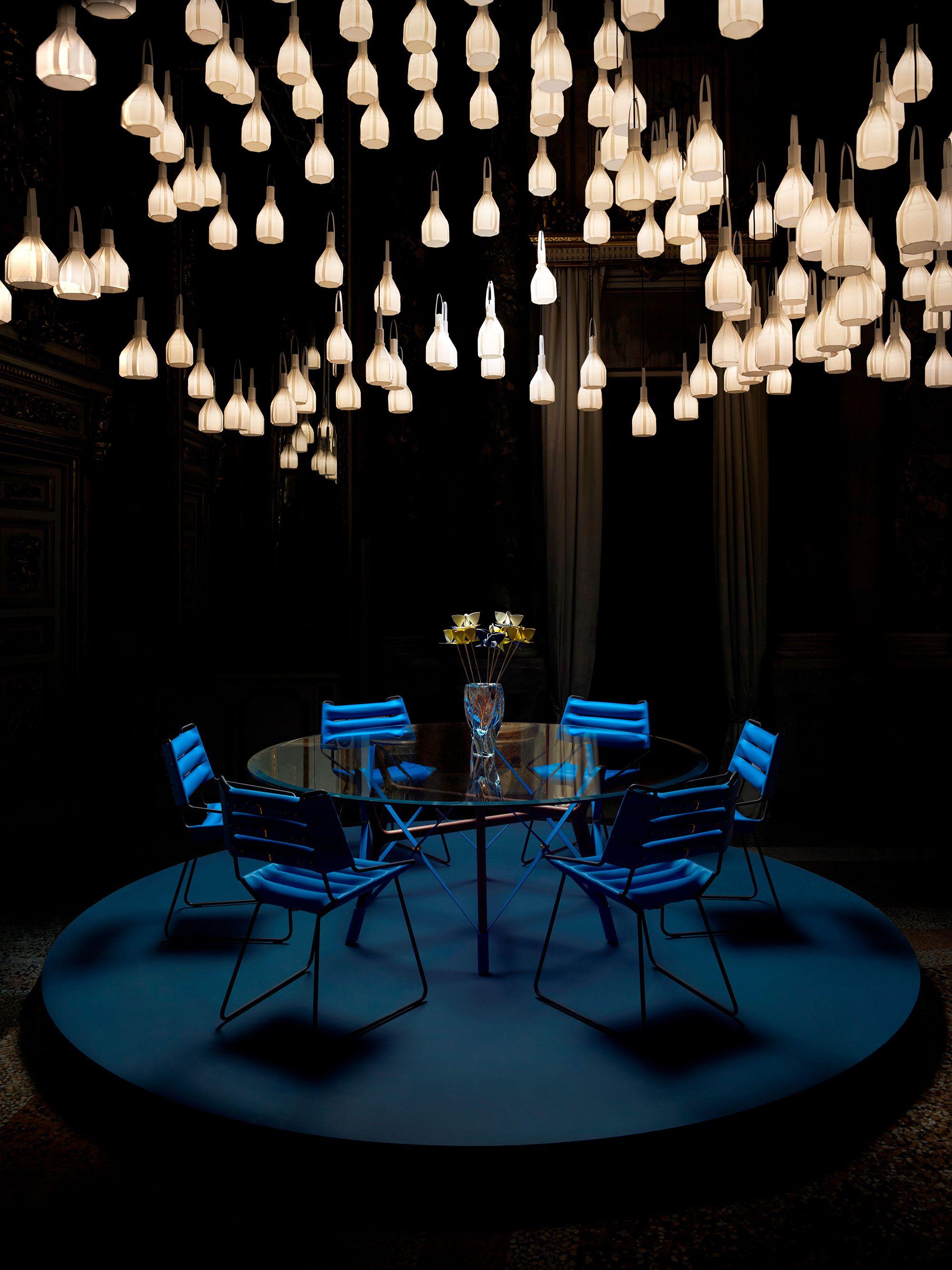 Louis Vuitton パラッツォ・セルベローニで開催されたルイ・ヴィトン オブジェ・ノマド コレクションより、吉岡徳仁の新作は伝統的なモノグラム・フラワーにインスピレーションを得た「Blossom Base」(写真テーブルの上)。©︎ Louis Vuitton