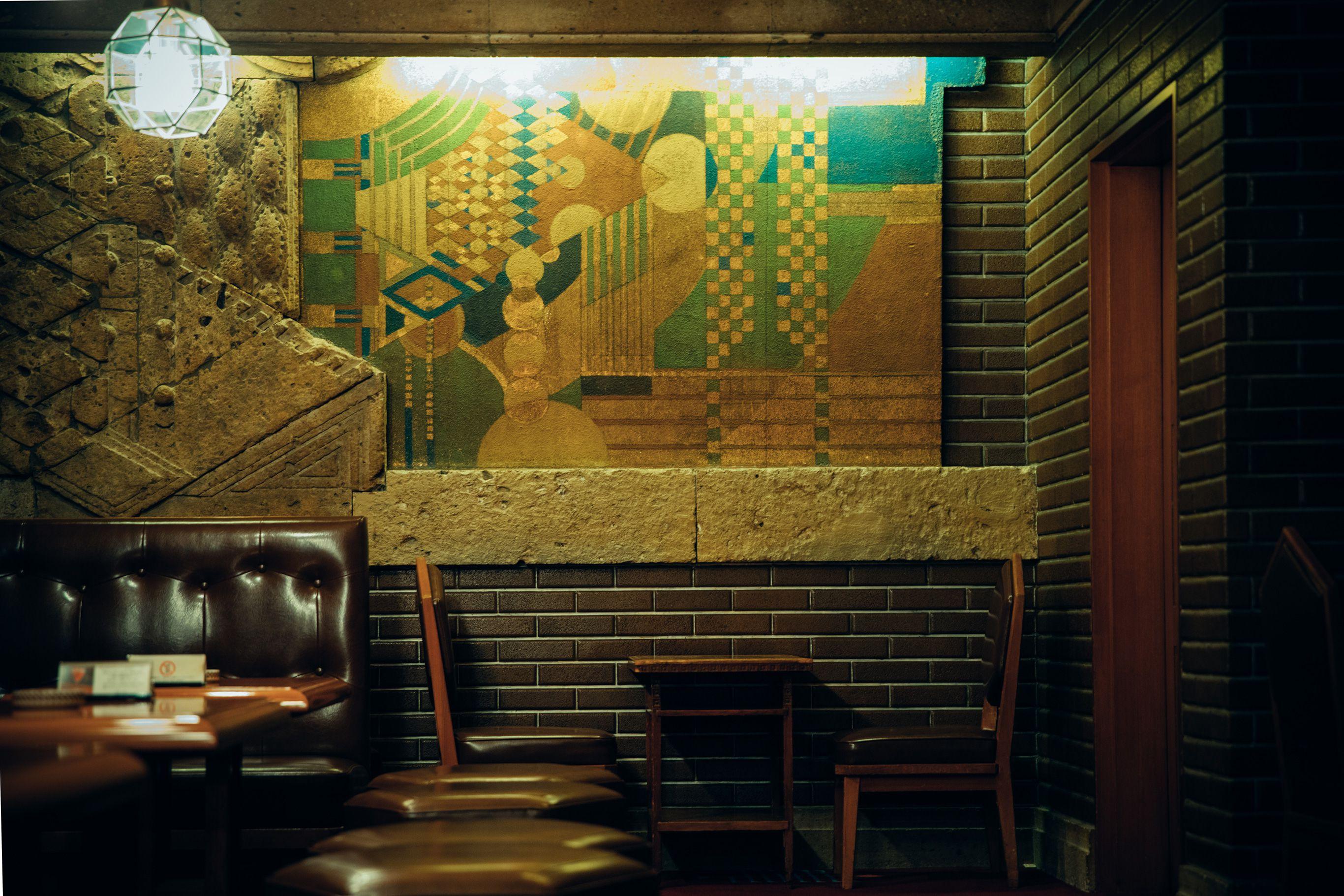 オールドインペリアルバーの最奥にある壁。ライトによる1920年代のオリジナルで、当時は宴会場にあったものが、今はバーを飾っている。