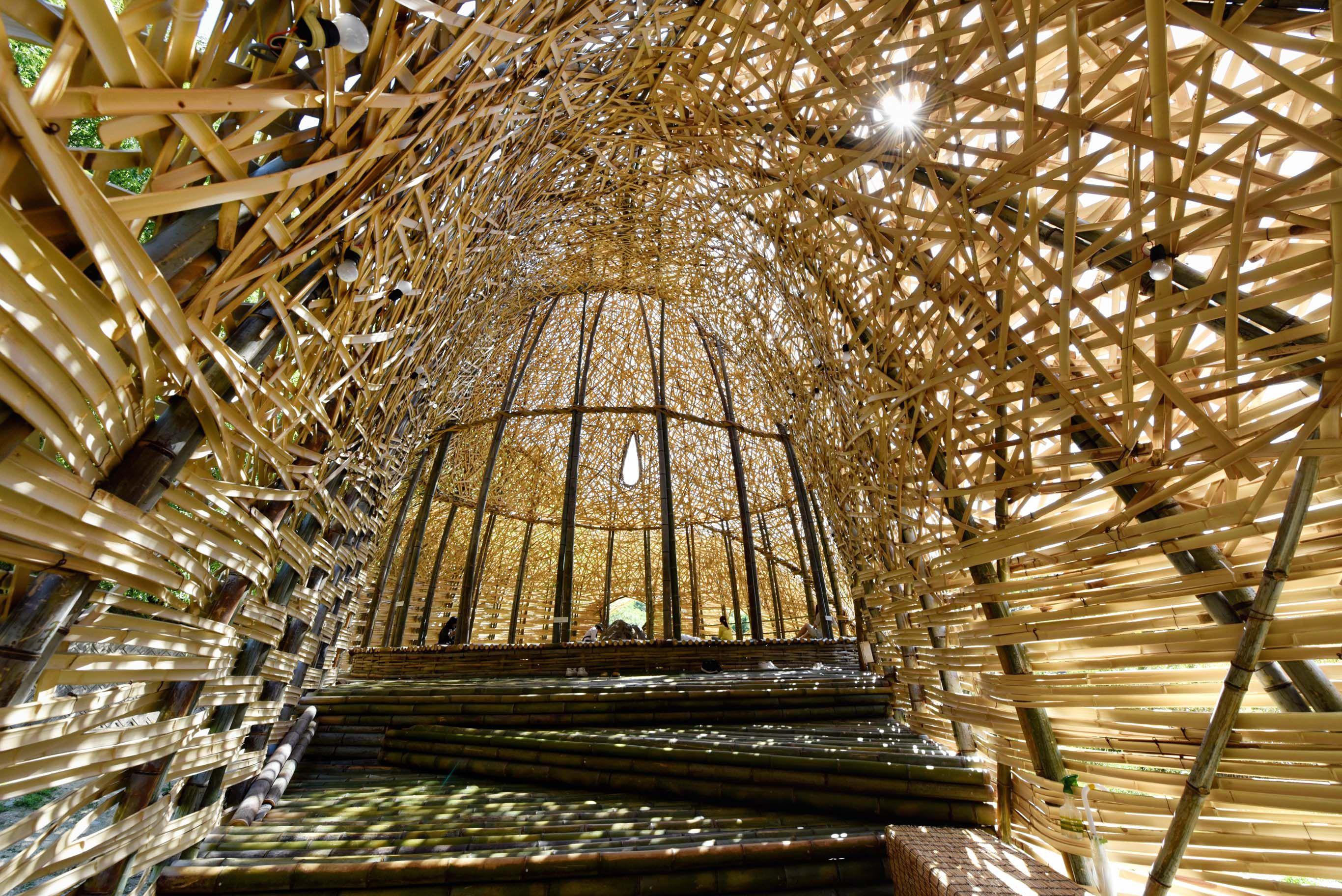 面對小豆島的中山千枚田搭起的藝術作品。台灣作家王文志的「小豆島之戀」。