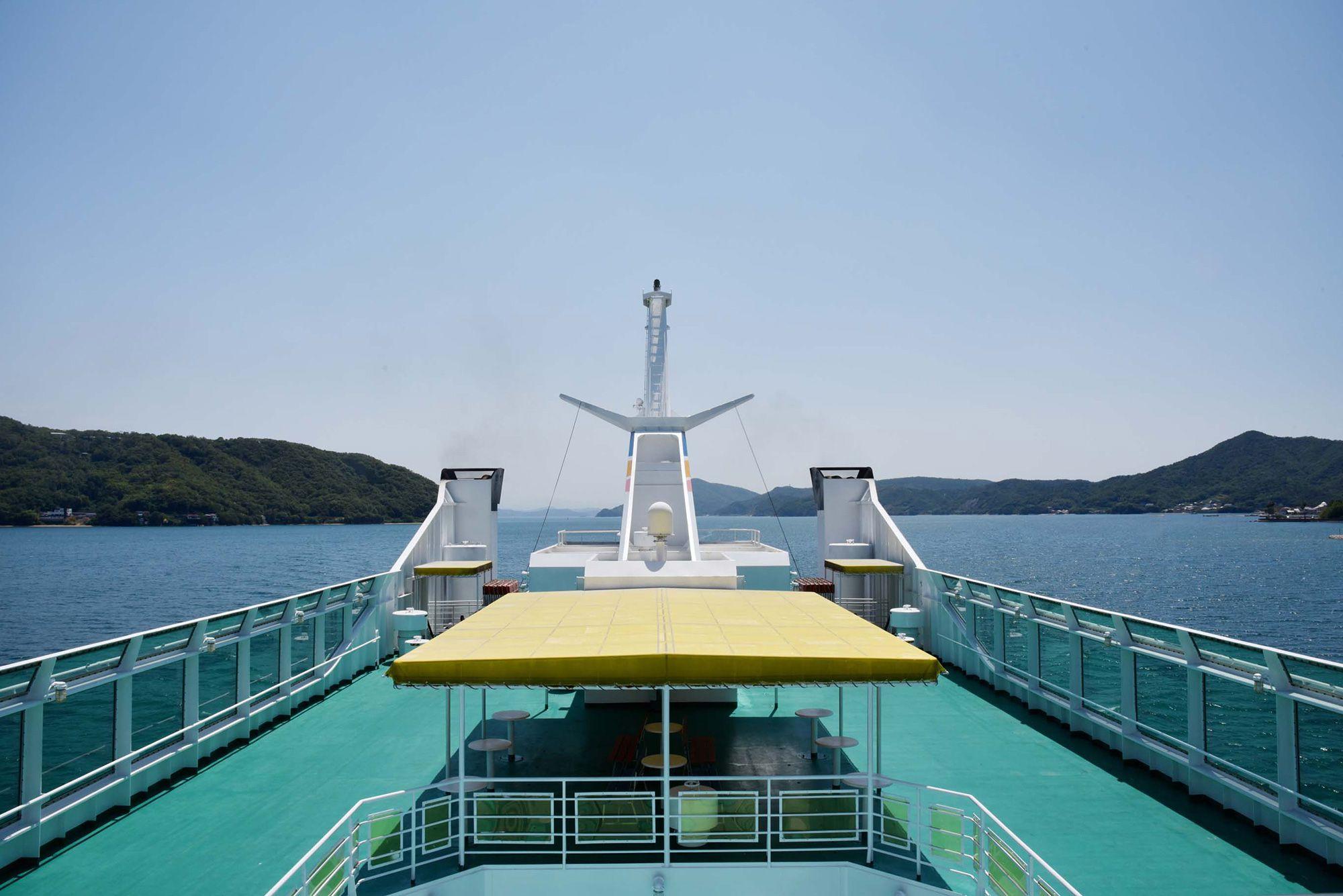 搭乗渡輪從高松港前往小豆島。海天相連的片刻。