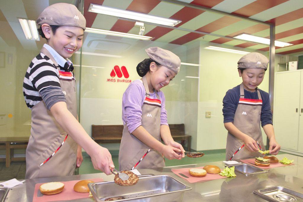 ハンバーガーショップで職業体験をするこども達