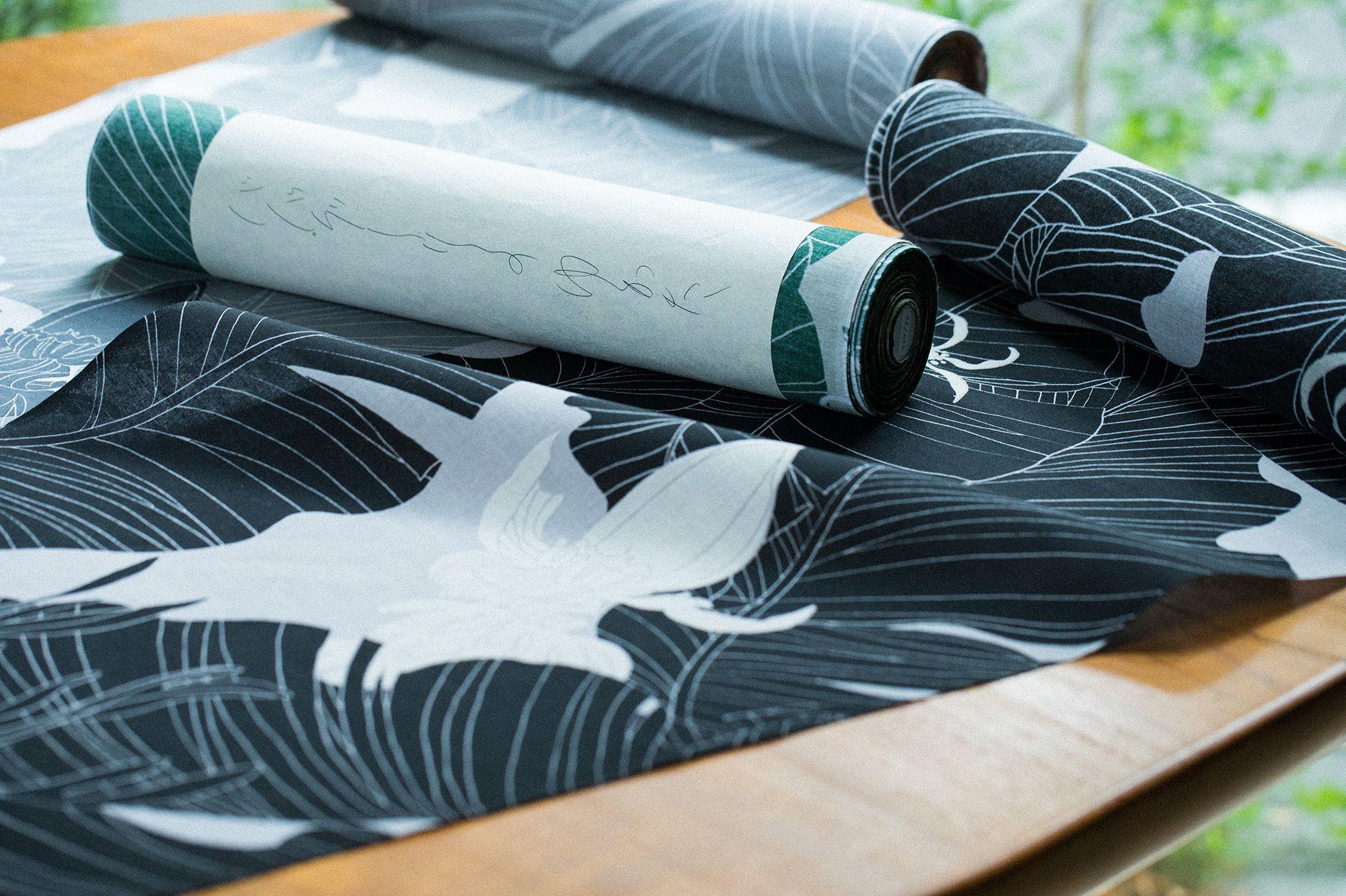 バナナの花と葉の柄を落ちついた色でプリントした反物。ヨーガンレールでもともと使われていたもので、カットソーにプリントしたTシャツを覚えているファンも多いかもしれない。手捺染(反物)54,000円(税込)