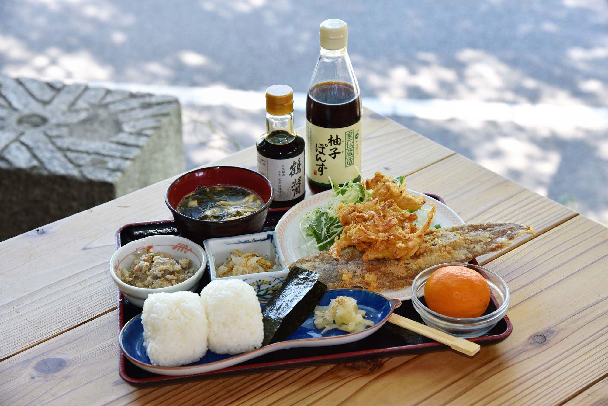 名物メニューの「棚田のおにぎり定食」。これを目当てに訪れる人も多い。醤油は小豆島産のヤマロク醤油のものだ。