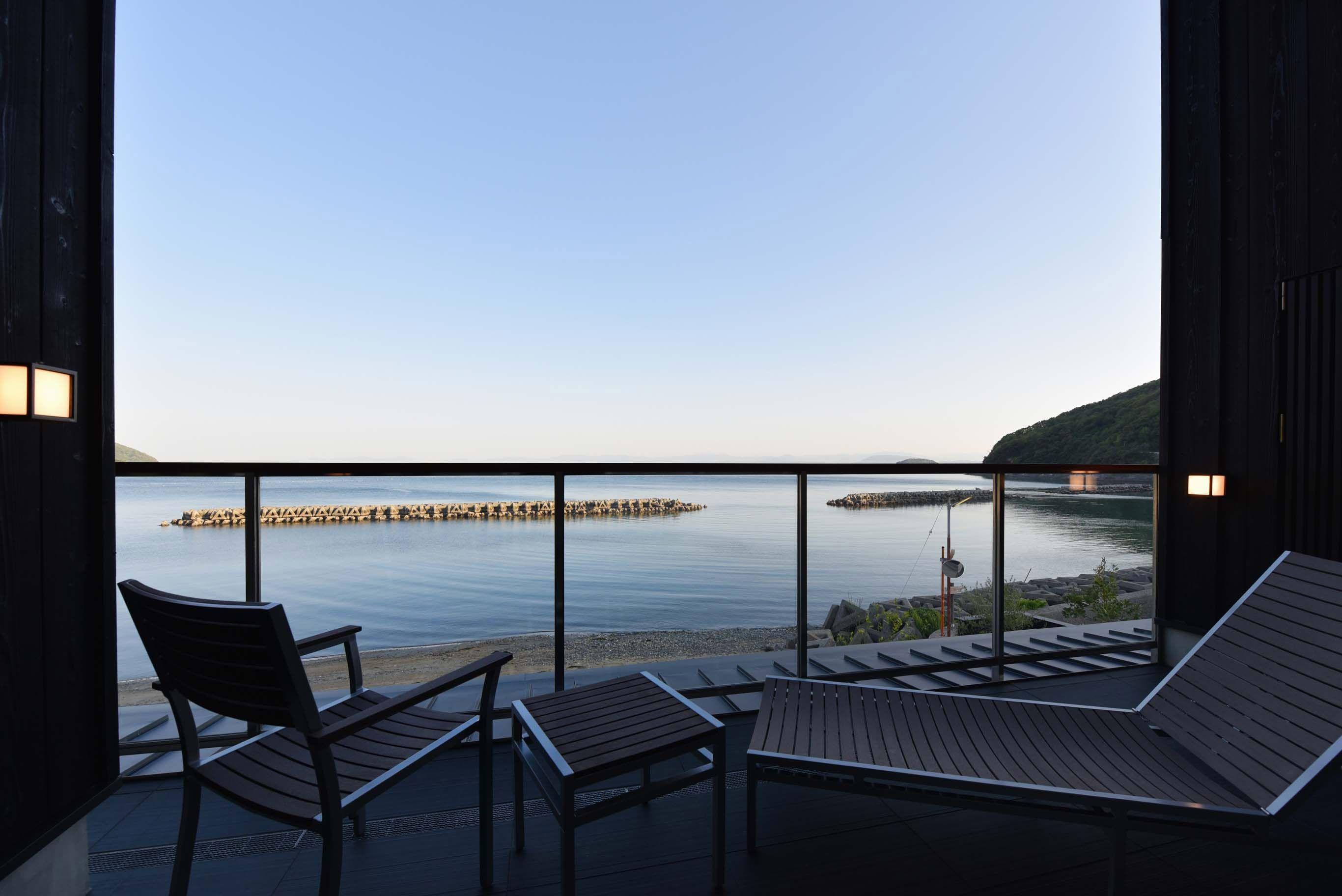 田ノ浦半島の海辺にこの春オープンした宿「海音真理(うみおとまり)」の客室から望む風景。夕暮れ時の穏やかな光と瀬戸内海から吹く風に身をまかせる。