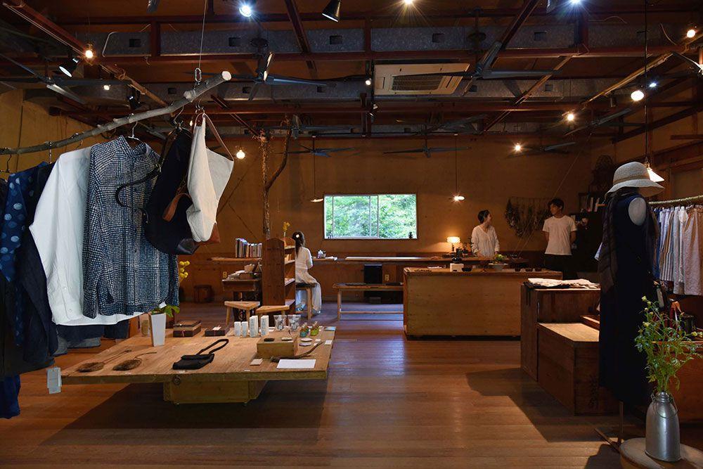 上杉夫妻の審美眼で選ばれた服、陶器、雑貨がそろう。