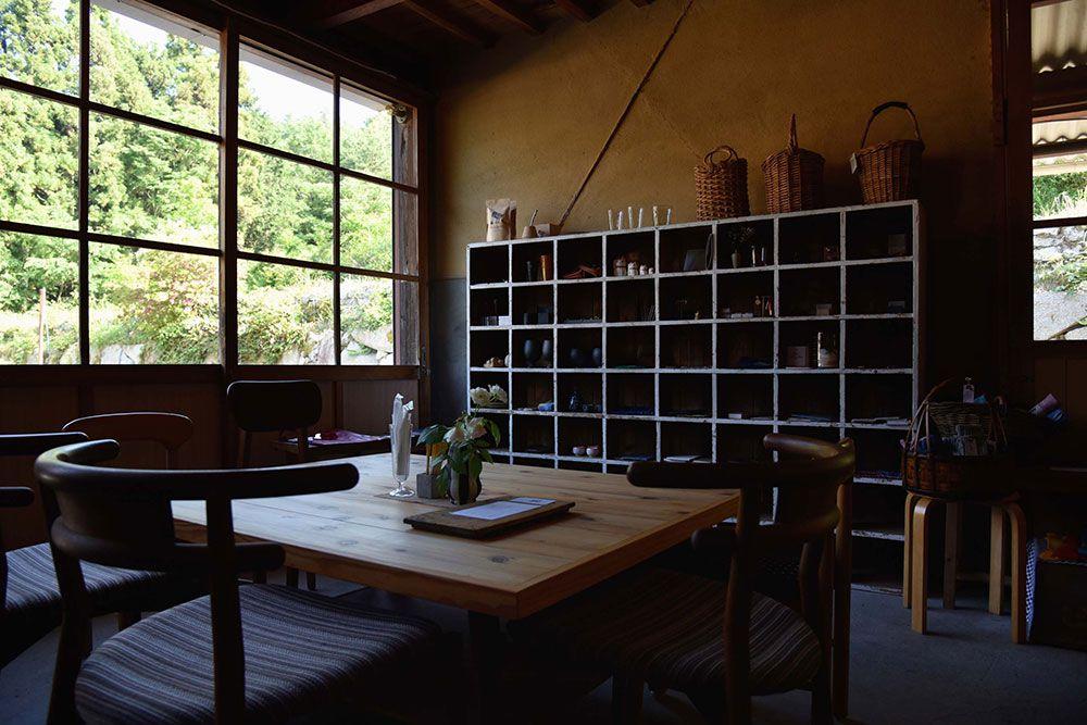カフェも併設し、ゆっくりとショッピングできる空間。里山の静けさになごむ。