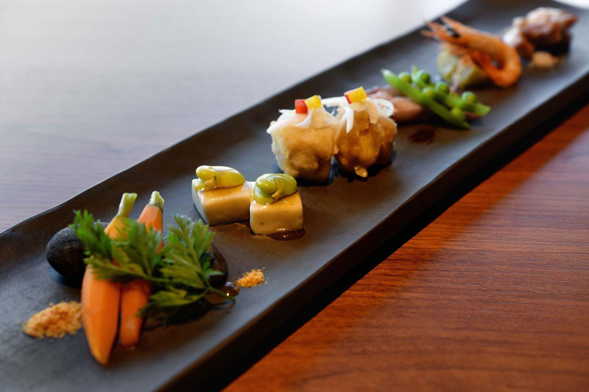 姫人参、オリーブ胡麻豆腐、オリーブ地鶏など島の食材をふんだんに使った前菜の盛り合わせ。