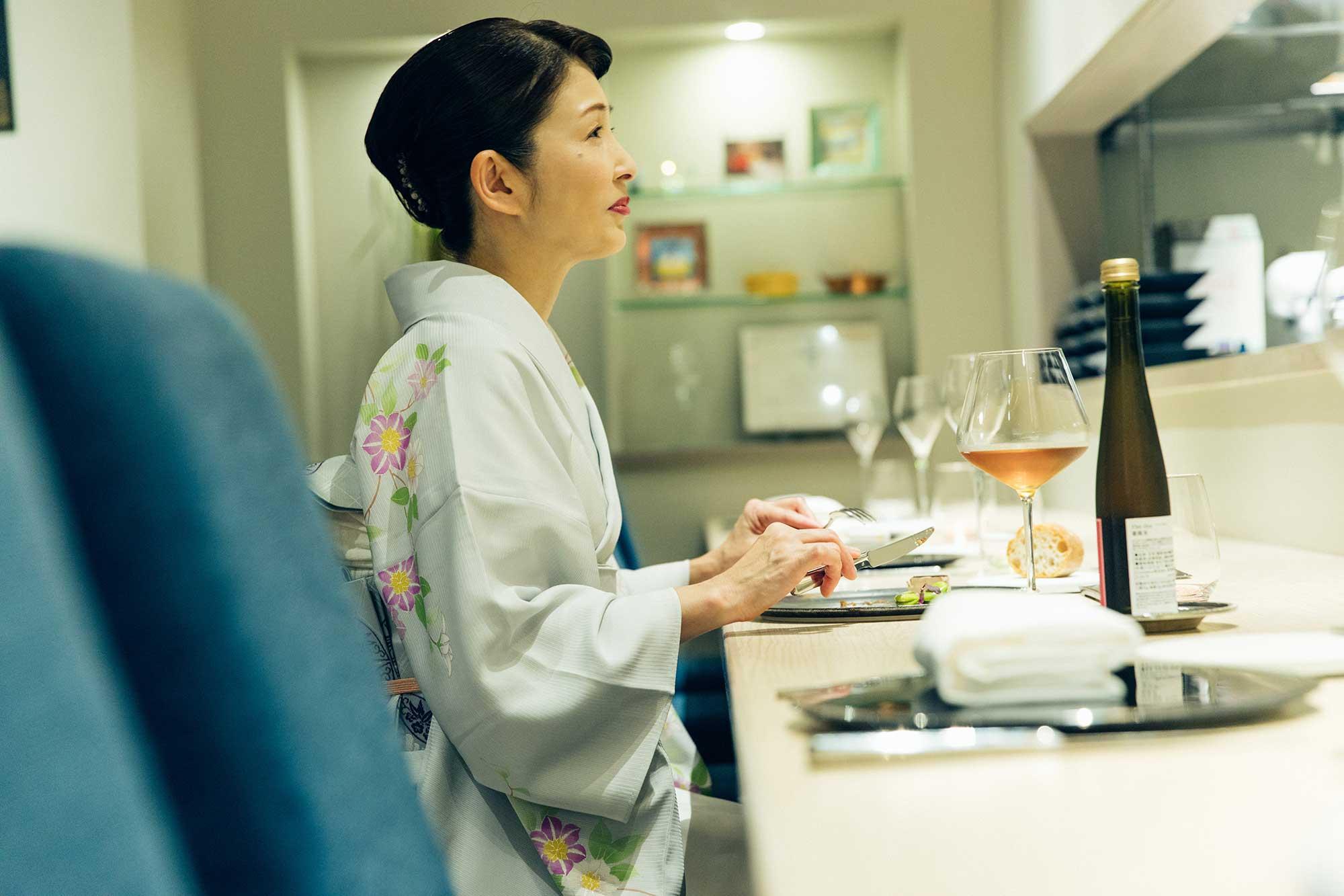 オープンキッチンの高良シェフの動きが望めるカウンターは特等席。北原さんは興味津々。