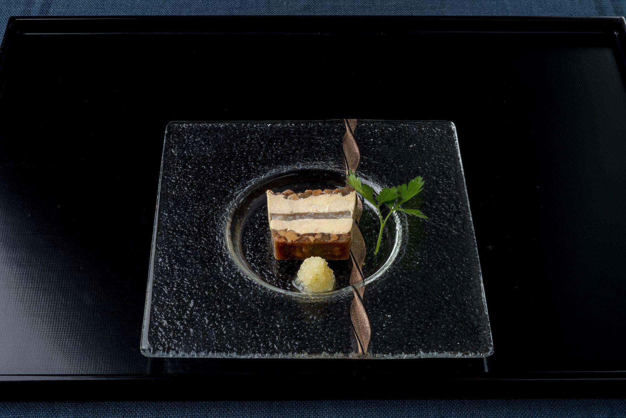 ミシュランガイド東京12年連続で星を獲得している代官山「レザンファンギャテ」の松澤シェフが作る「レザンファンギャテ特製フォアグラの三五八テリーヌ」(1,512円)。蕎麦とテリーヌ、日本酒との邂逅だ。