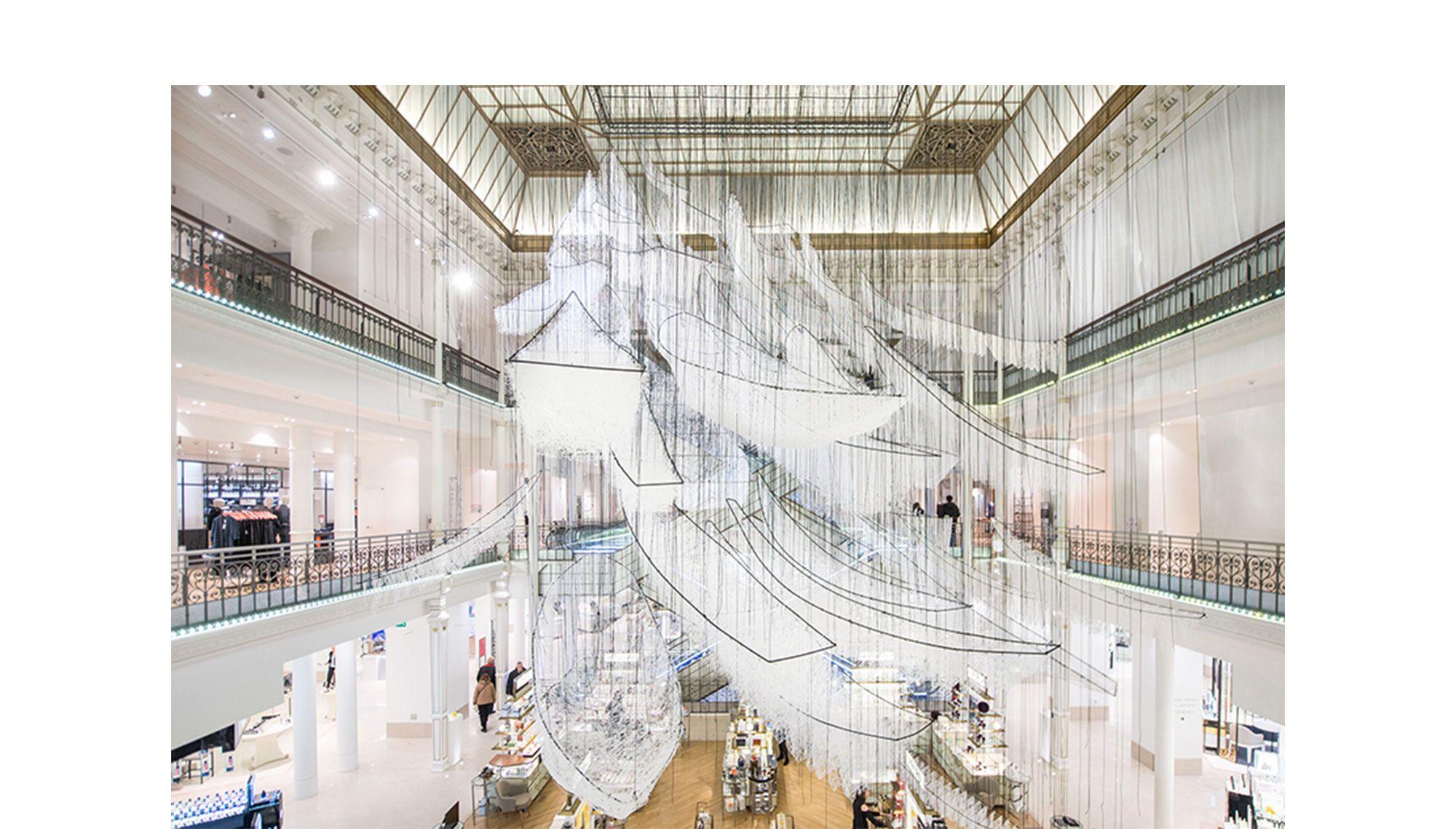 《どこへ向かって》 2017年 白毛糸、ワイヤー、ロープ 展示風景:「どこへ向かって」ル・ボン・マルシェ(パリ)2017年 撮影:Gabriel de la Chapelle