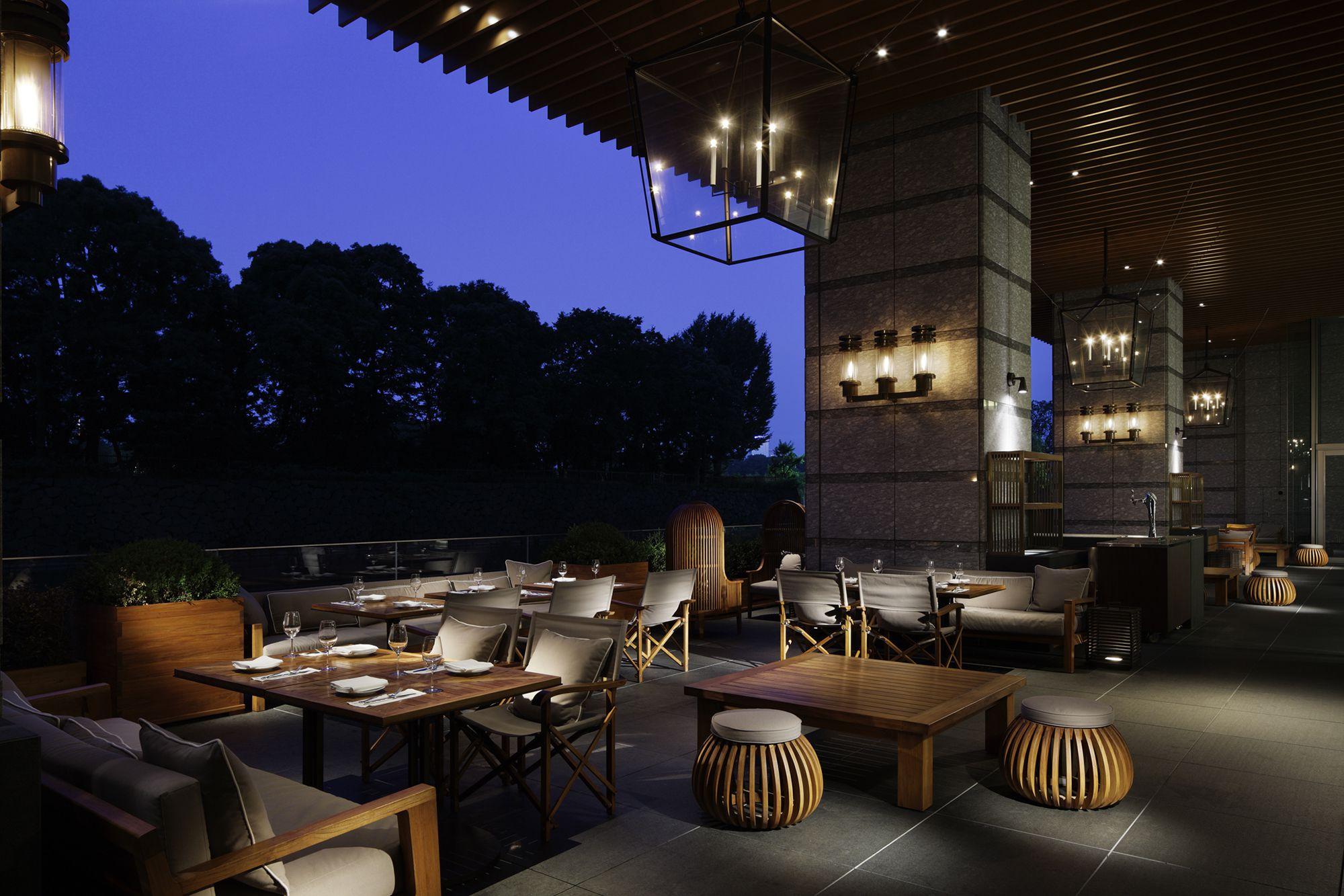 お濠の水辺に浮かぶようなパレスホテル東京「グランドキッチン」の広々としたテラス。
