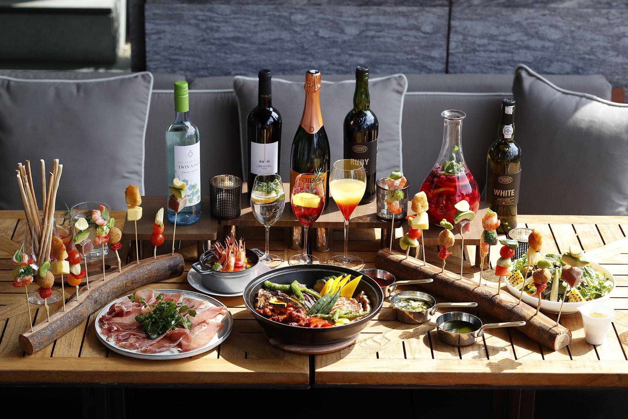 牛フィレ肉のプランチャ、三元豚ロース肉のグリル、ピンチョスなど、スペインやイタリア、ポルトガルの料理の数々。スパークリングワインやカクテルも用意。