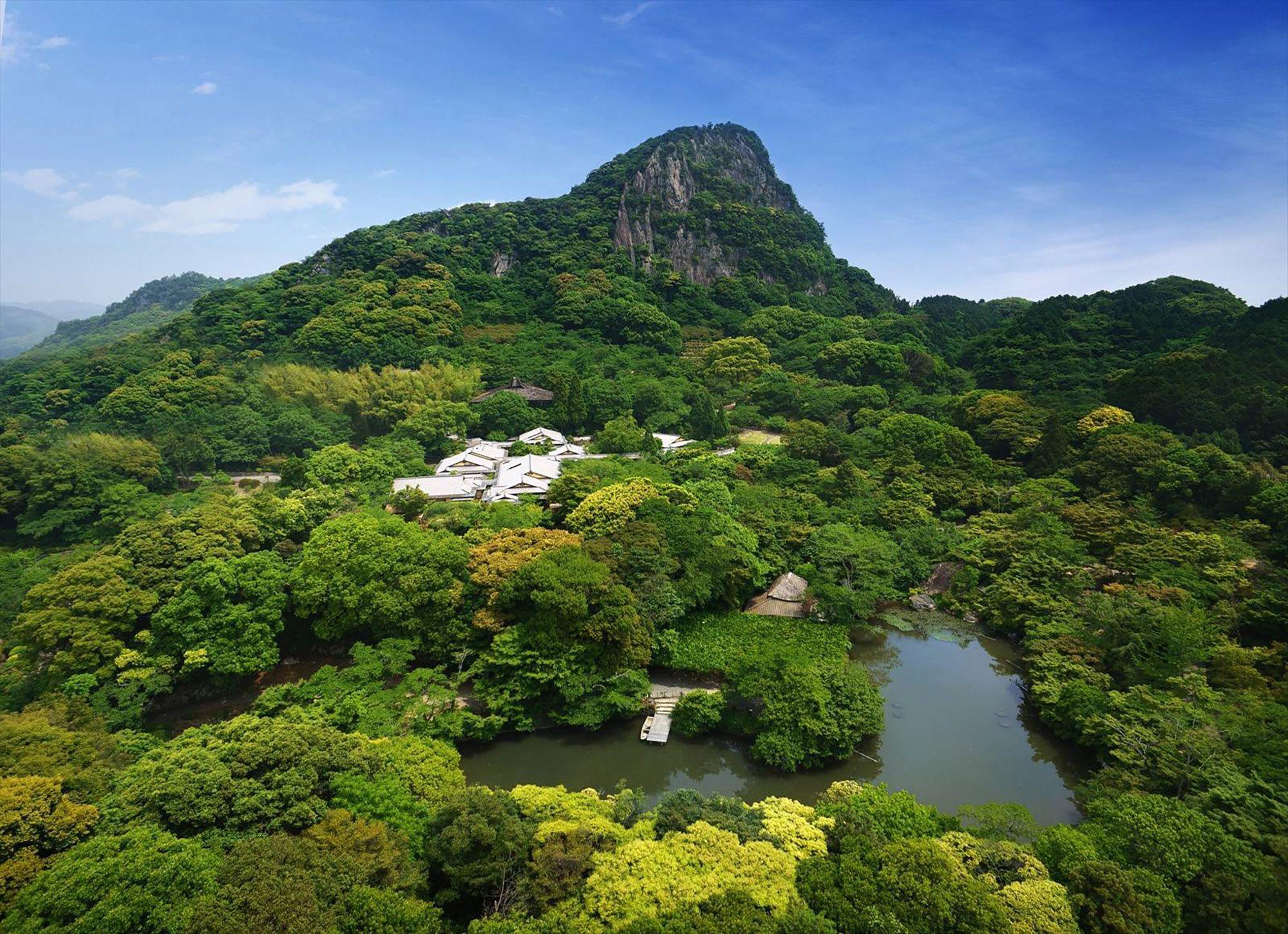 日本有数の巨木を有する森を利用して江戸時代後期に創設された庭園、御船山楽園。