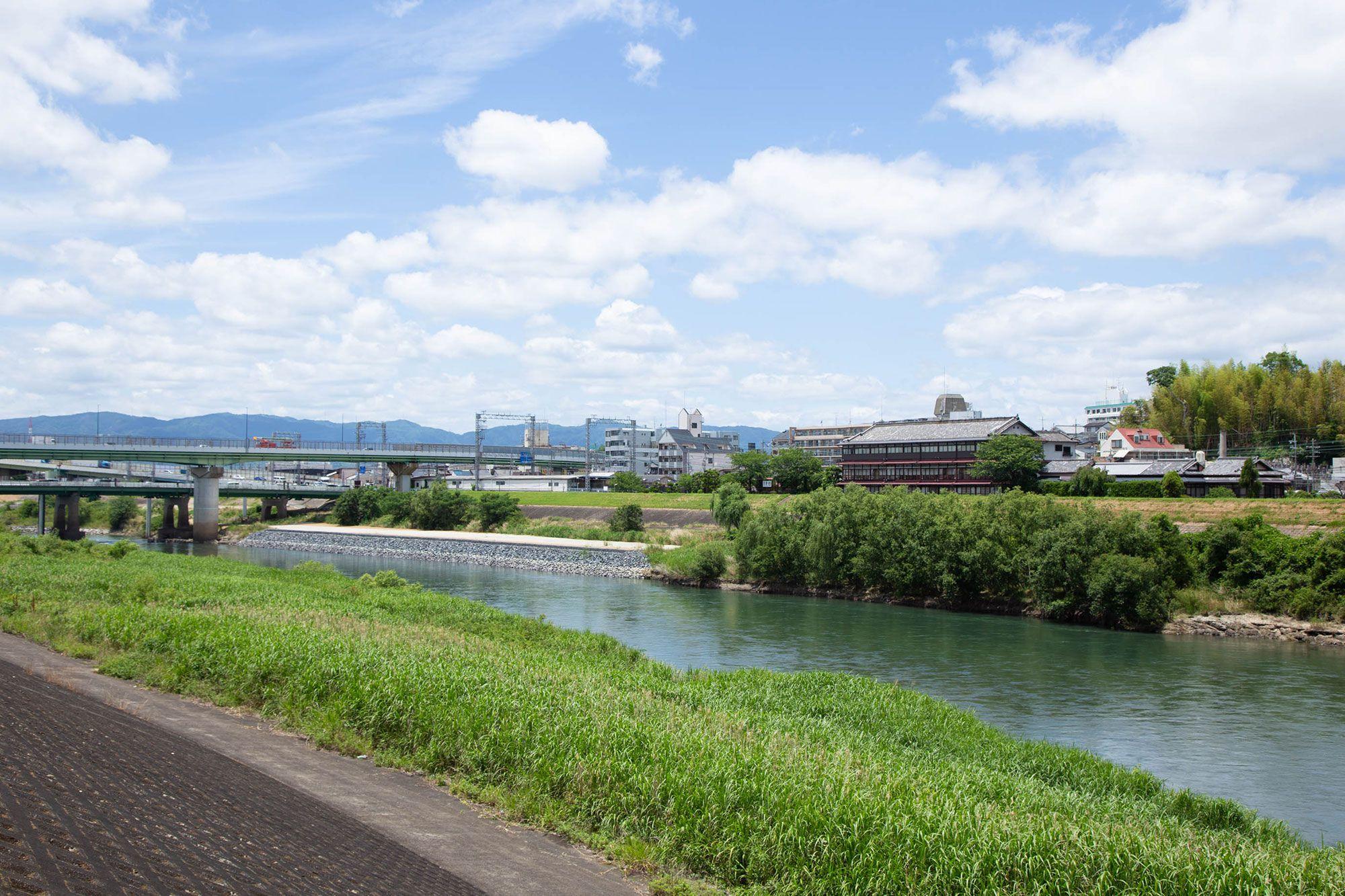 染司よしおかの工房は、宇治川のそばにある。この辺りでは川幅も広く、流れも速い。吉岡は中学生のとき、泳いでいて流されたそうだ。