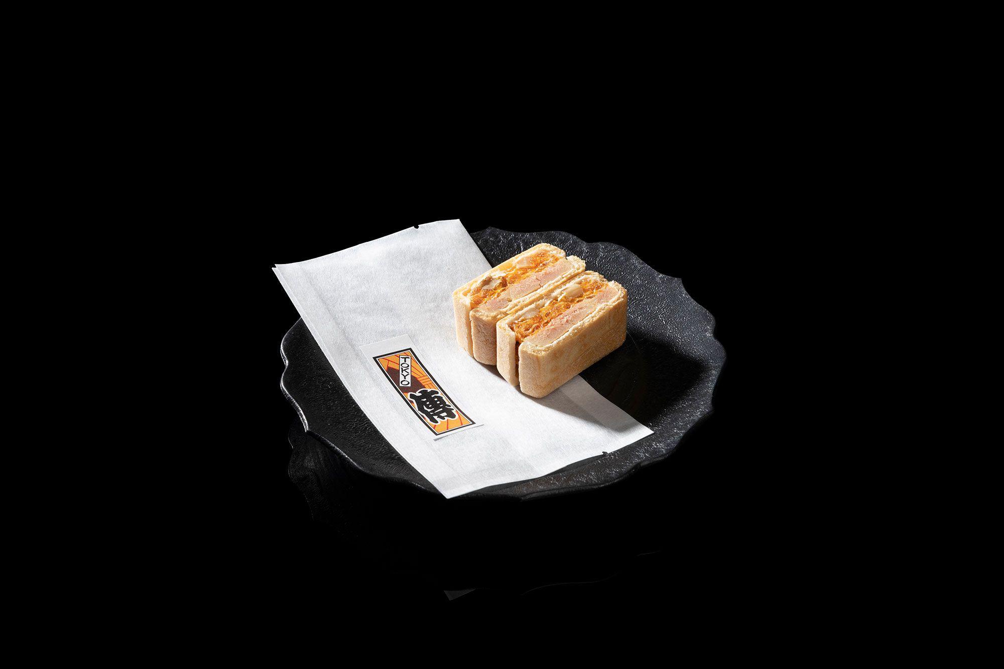 放入鵝肝醬的最中餅,可謂是「傳」的秘密料理。享受精打細算的口感與味覺。