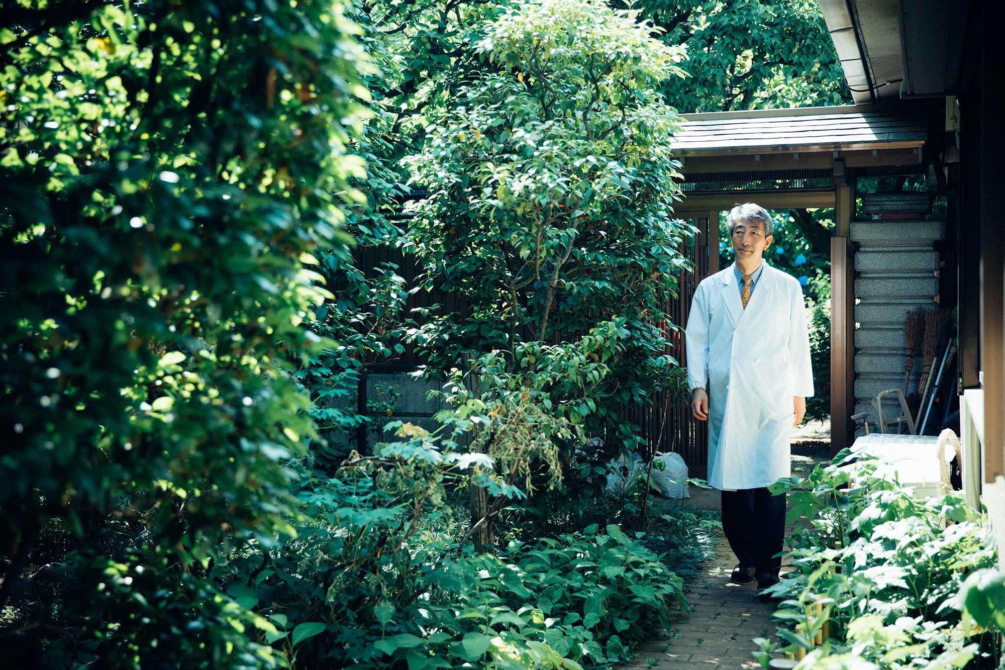 緑に包まれた大塚医院の庭で。「この雰囲気が好きと言ってくださる患者さんは多いです」