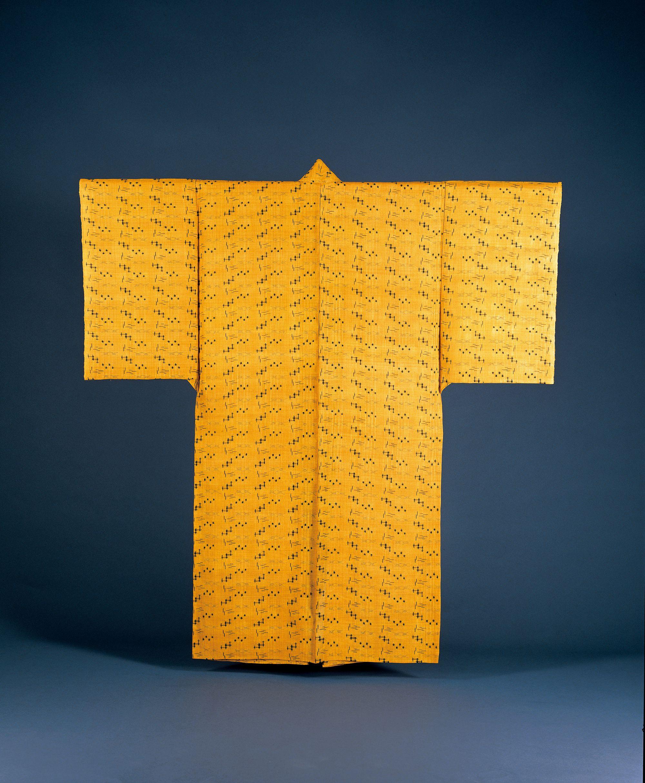 新垣幸子による琉球王府時代の復元上布。手括りによる絣を藍で、地をヤマモモ(楊梅)で染めている。(石垣市立八重山博物館所蔵)写真提供:NPO法人織の海道実行委員会
