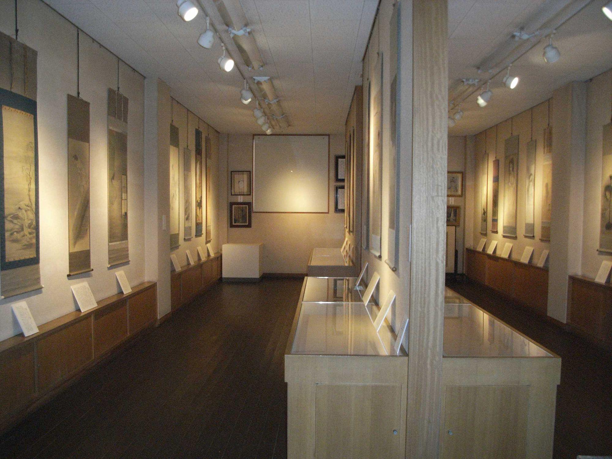 全生庵では三遊亭圓朝が収集した幽霊画、五十幅を所蔵。ふだんは非公開だが、今回の展示では約35幅を展示公開される。