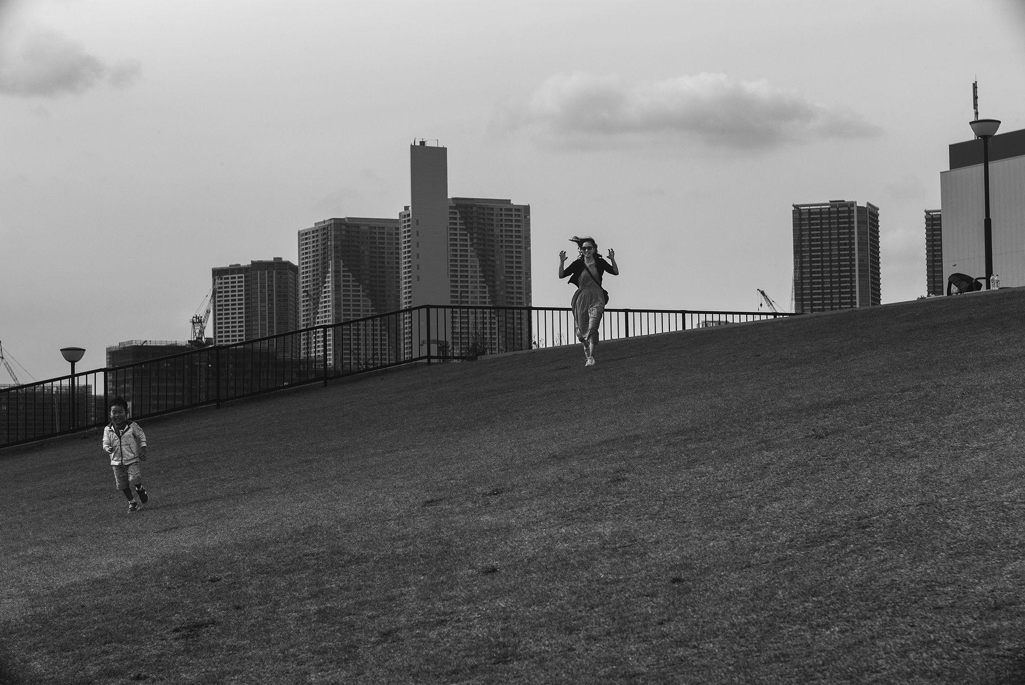 見慣れた光景に思わぬ瞬間が存在する。ライカギャラリー京都で発表される代表作品。Photography by Tatsuki Yoshihiro