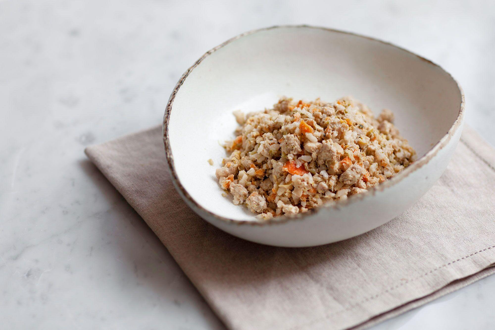 ビーフやチキンなど、メインとなる食材に野菜や果物を組み合わせたフード。40度のお湯で温めて与える。