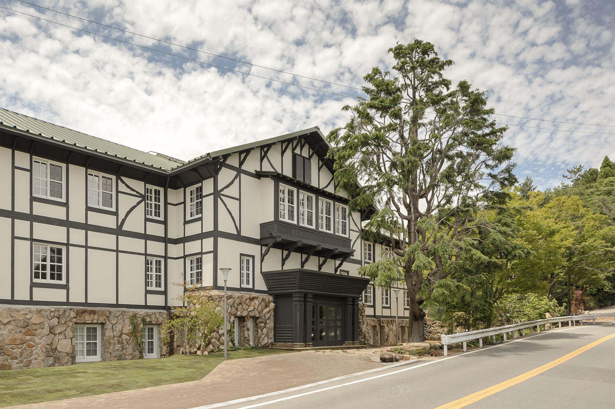 六甲山サイレンスリゾートのエントランスとして、レセプションエリアとなる旧館。1929年に建築されたイギリス式の洋館を修復したもの。©️Rokkosan silence resort