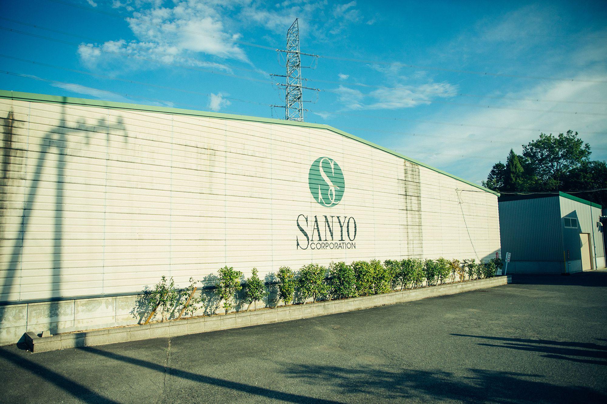 豊かな田園風景に石州瓦の家々が点在する山あいに、世界に誇る最高峰化粧用コットンを製造する、サンヨーコーポレーションはある。