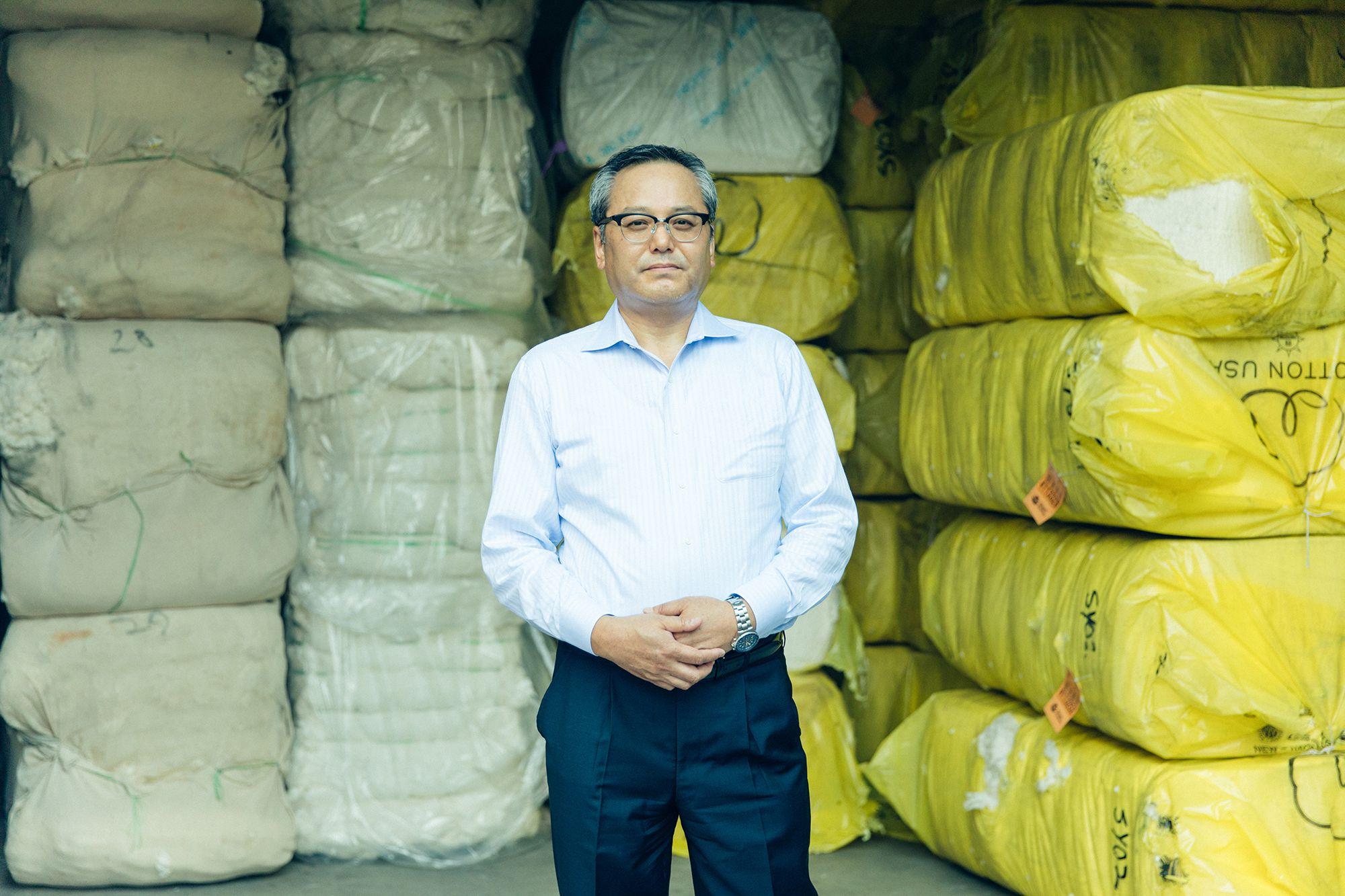 世界中から集められた原綿が詰まれた倉庫を案内してくれた、サンヨーコーポレーションを率いる小迫隆司。少年時代はパイロットに憧れていた小迫。生来、機械にたずさわることが好きだった。コットン製造への情熱は、原綿と製造機器、両方に注がれる。