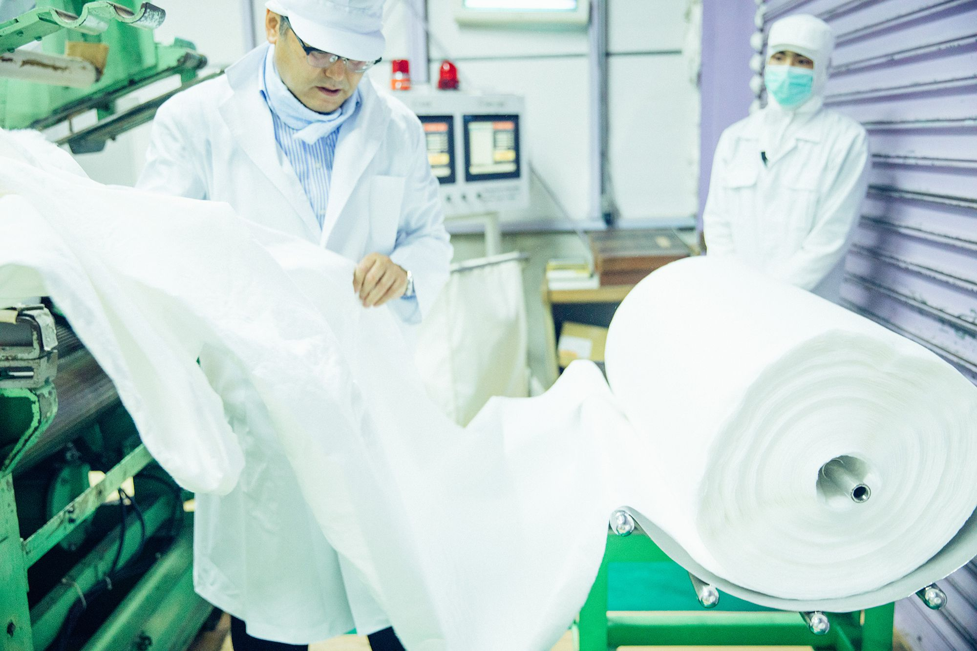 スーパーウォータージェット製法で編まれたコットンを乾燥。X線検査後、ロール状に巻きあげる。
