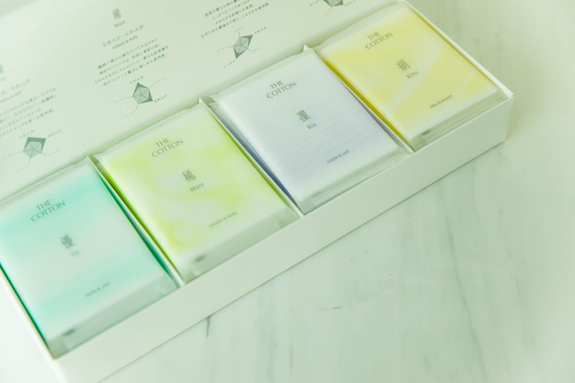 個包装しているのが「THE COTTON」の特徴。コットンが含む自然な湿度を一定に保ち、形状変化を防ぐためだ。ギフトにもふさわしい。4種類すべてが詰め合わされた「THE COTTON コレクション」(1,500円)税抜。