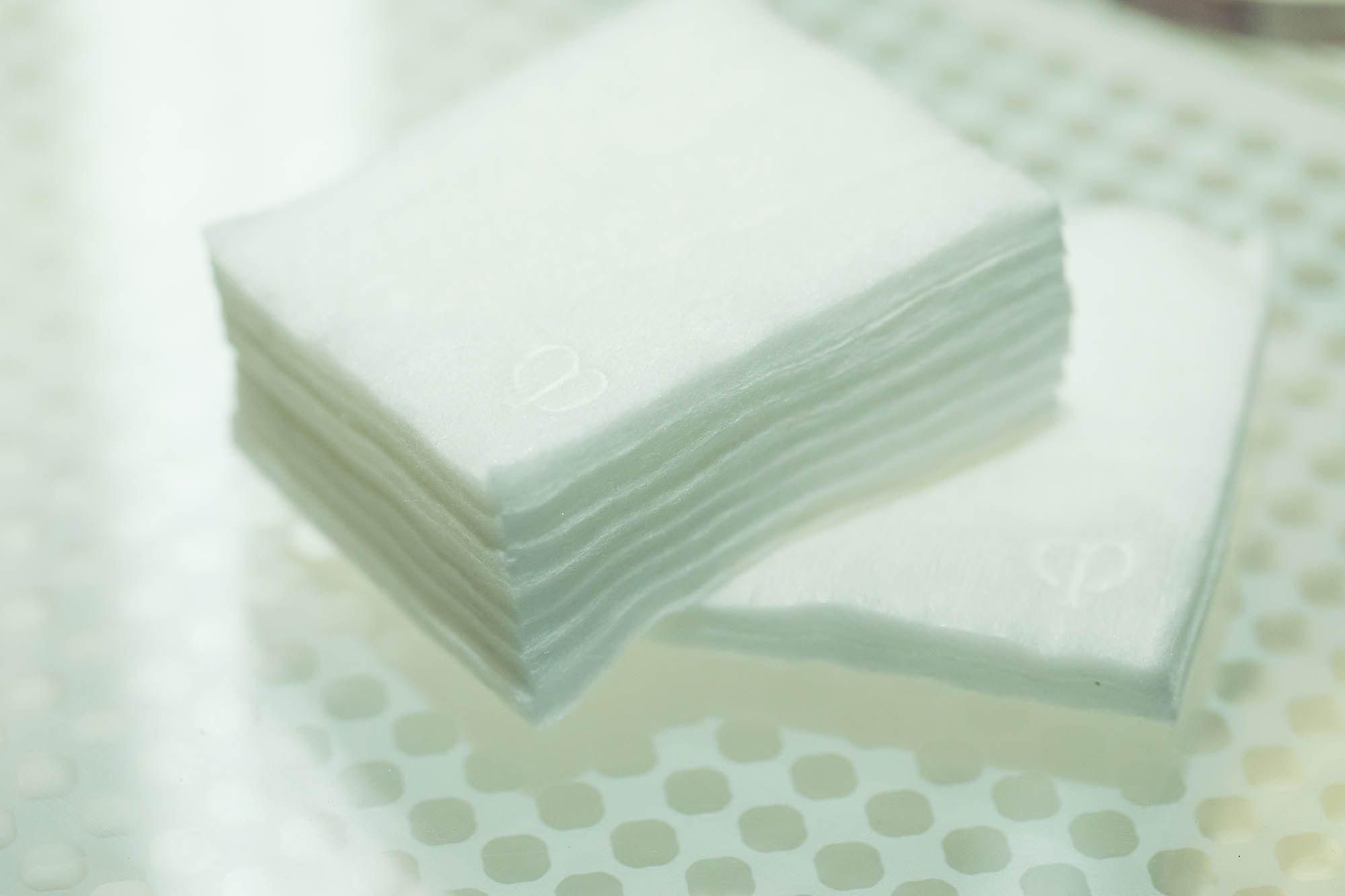 「クレ・ド・ポー ボーテ」のマークがエンボスされている「ル・コトン」。表面には衣料用の高級シルクが用いられているため、コットン自体に輝きが宿っている。