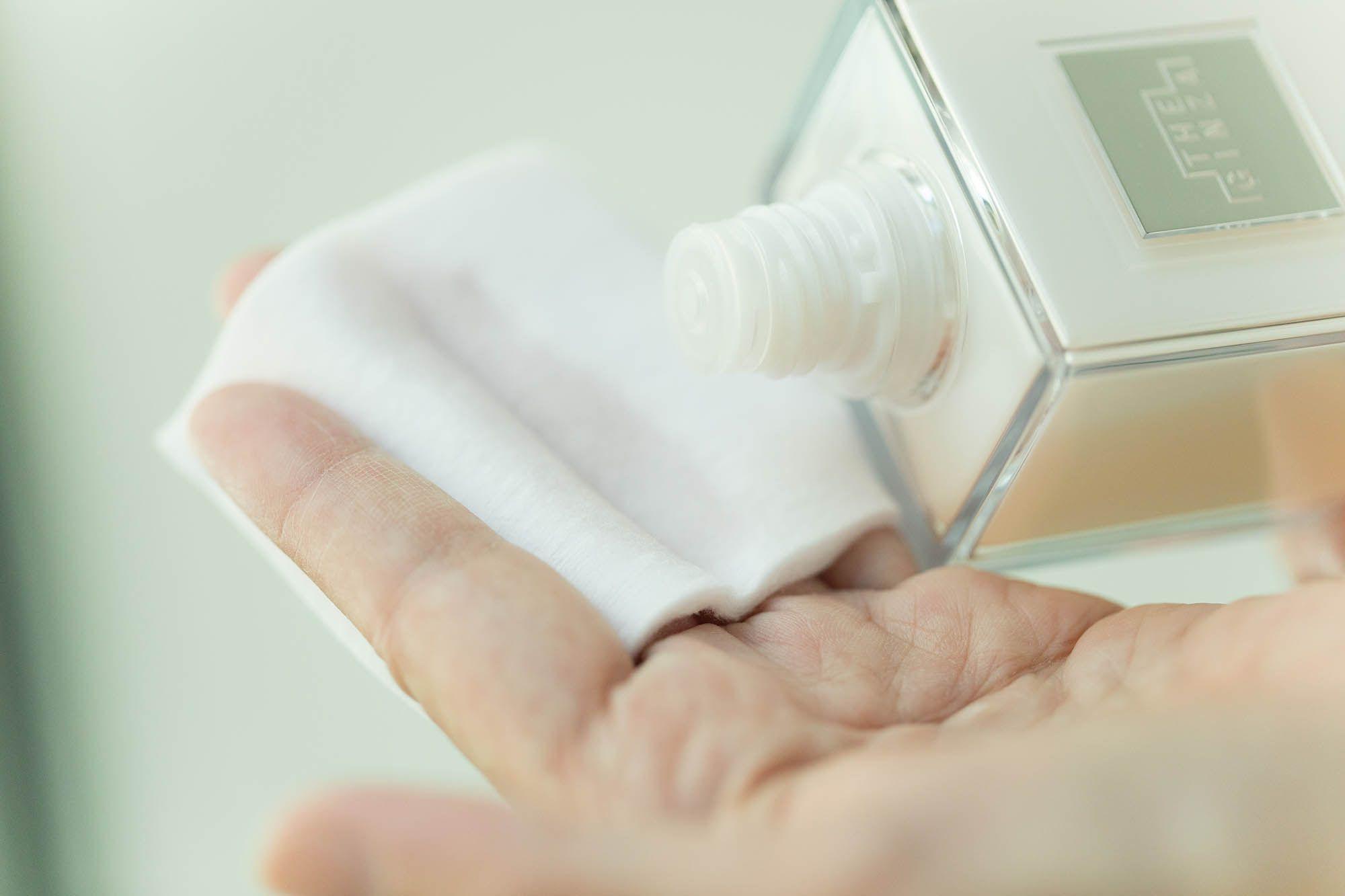 コットンをはさんだ指に縦方向に化粧水をしみこませると無駄なく塗布できる。