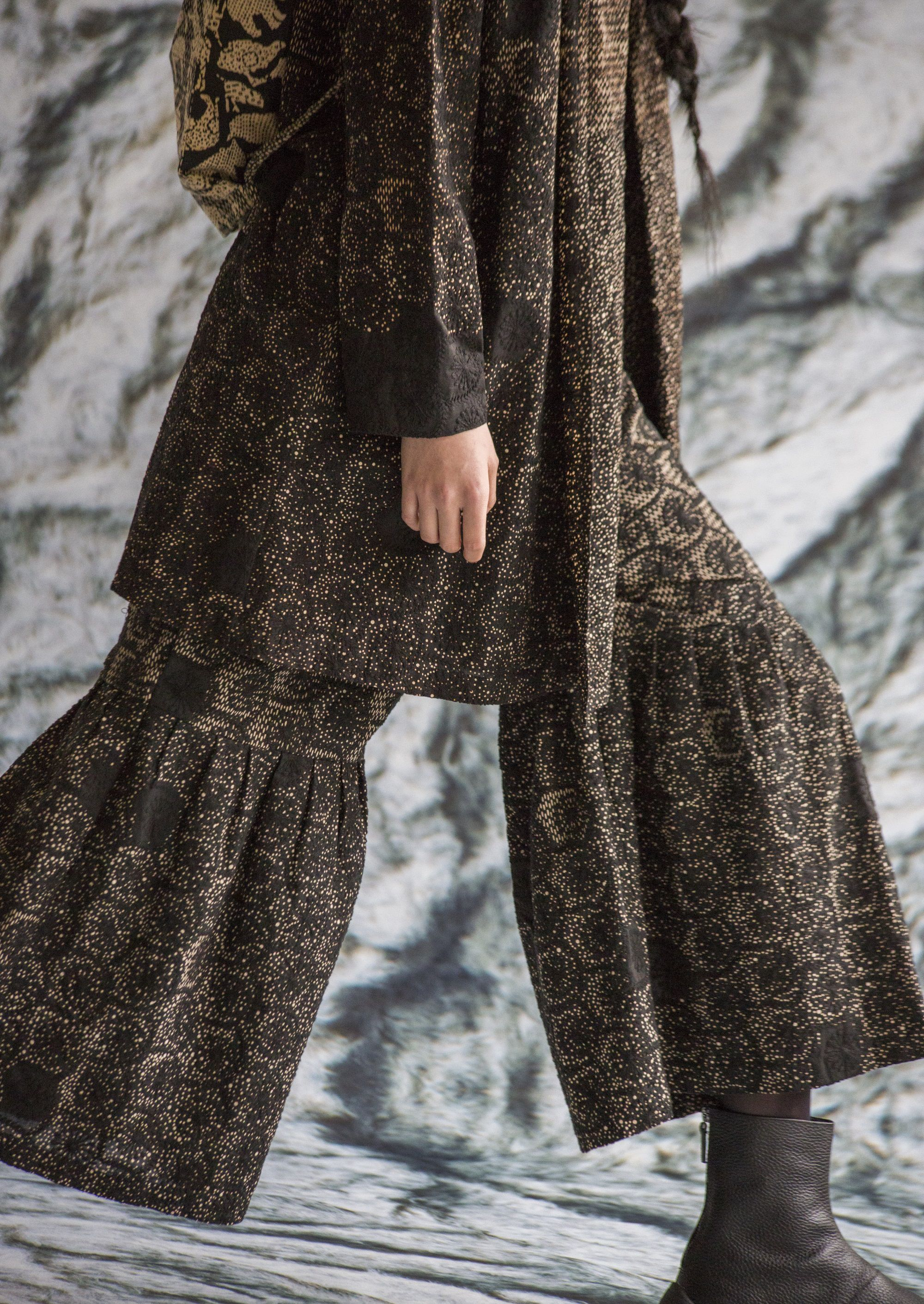 インドのクラフトマンシリーズ。刺繍レースの生地を裏面から抜染プリントしたテキスタイルを使用。(2019年AWコレクションより)