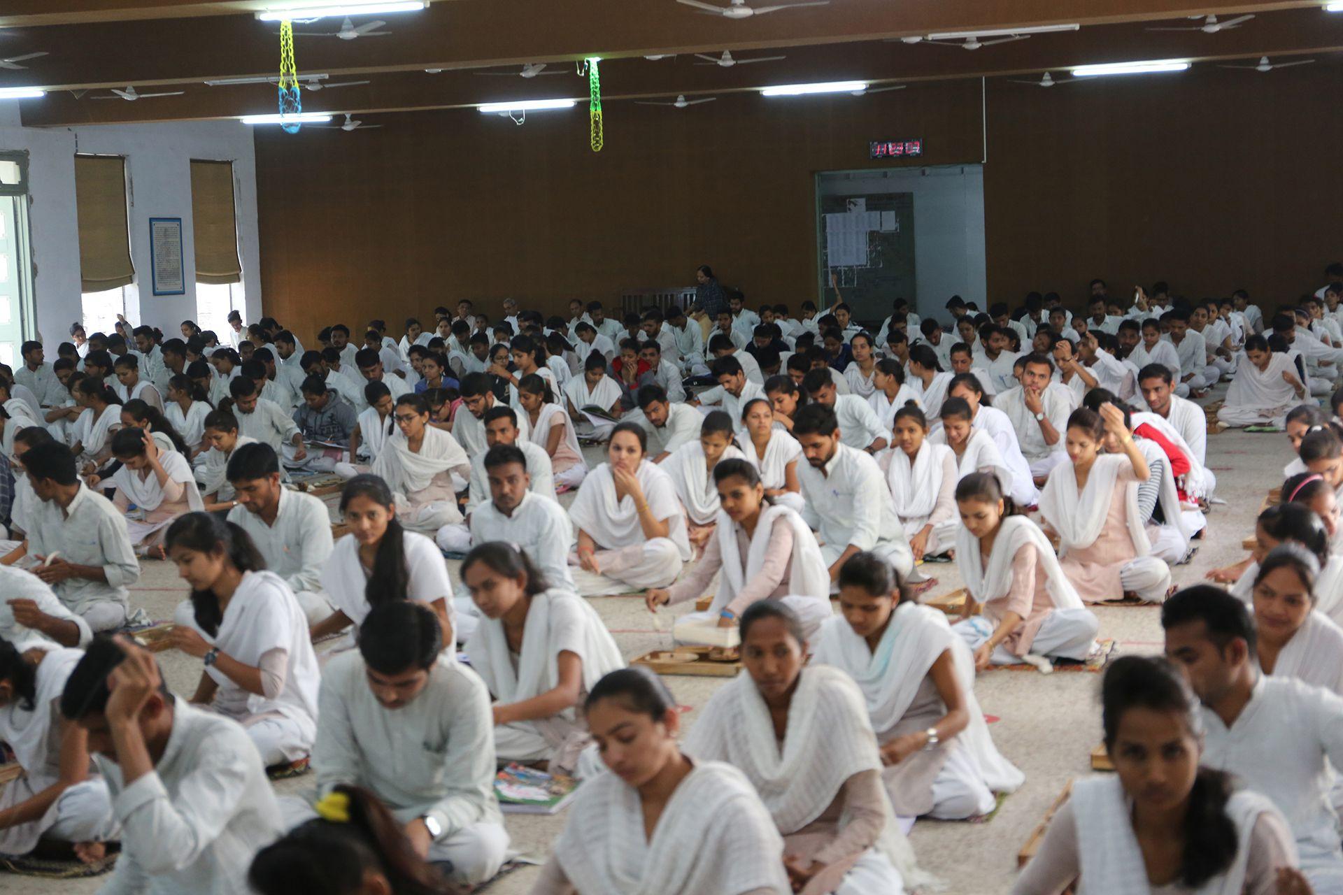 1920年にガンジーが創設したGujarat Vidyapith大学では、現在も教師と学生がカディを身に着け、授業の一環としてキサン・チャルカで糸を紡ぐ。