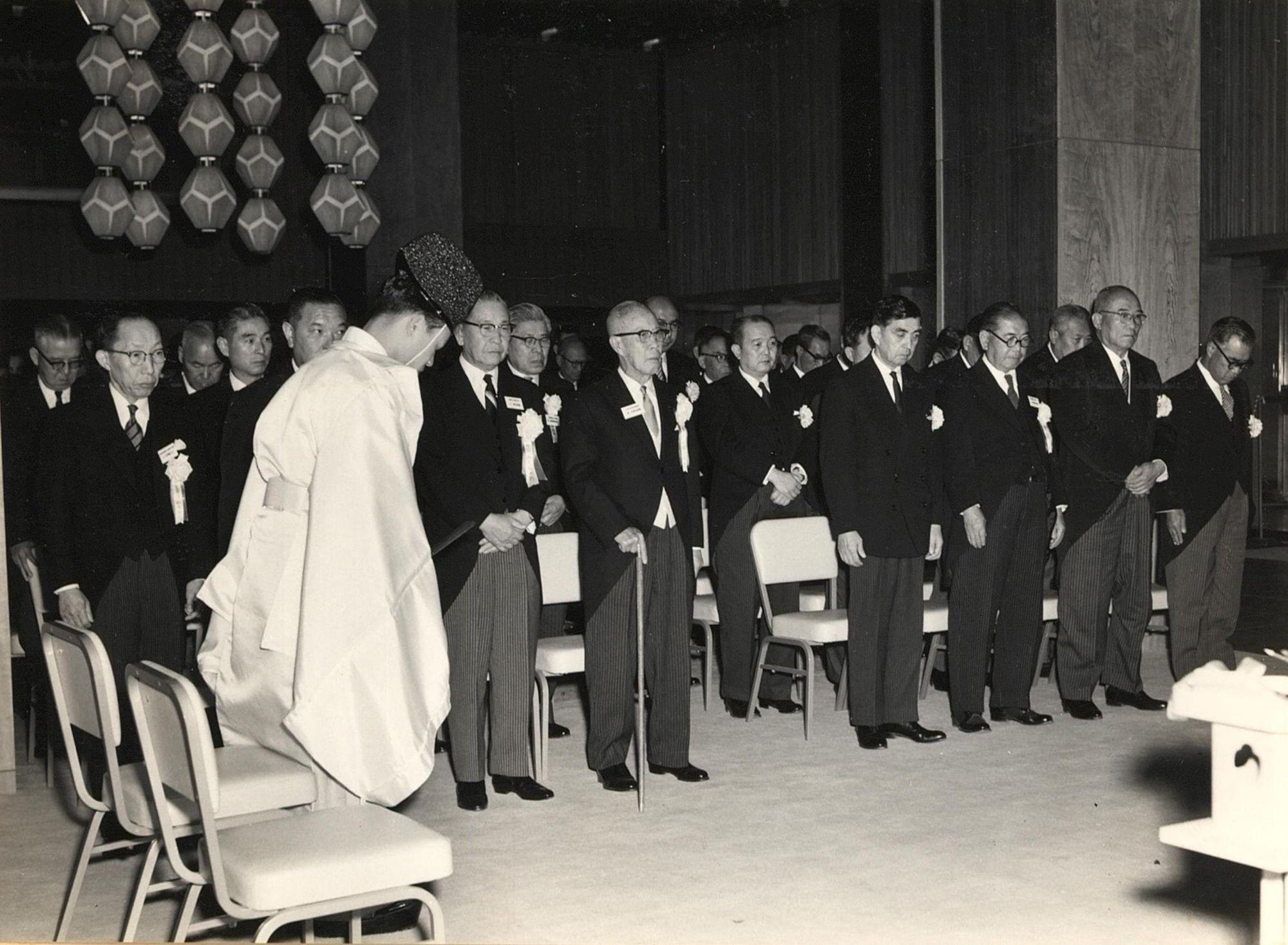 1962年の開業式典の様子。中央が大倉喜七郎、その左が野田岩次郎、右にいるのが谷口吉郎。