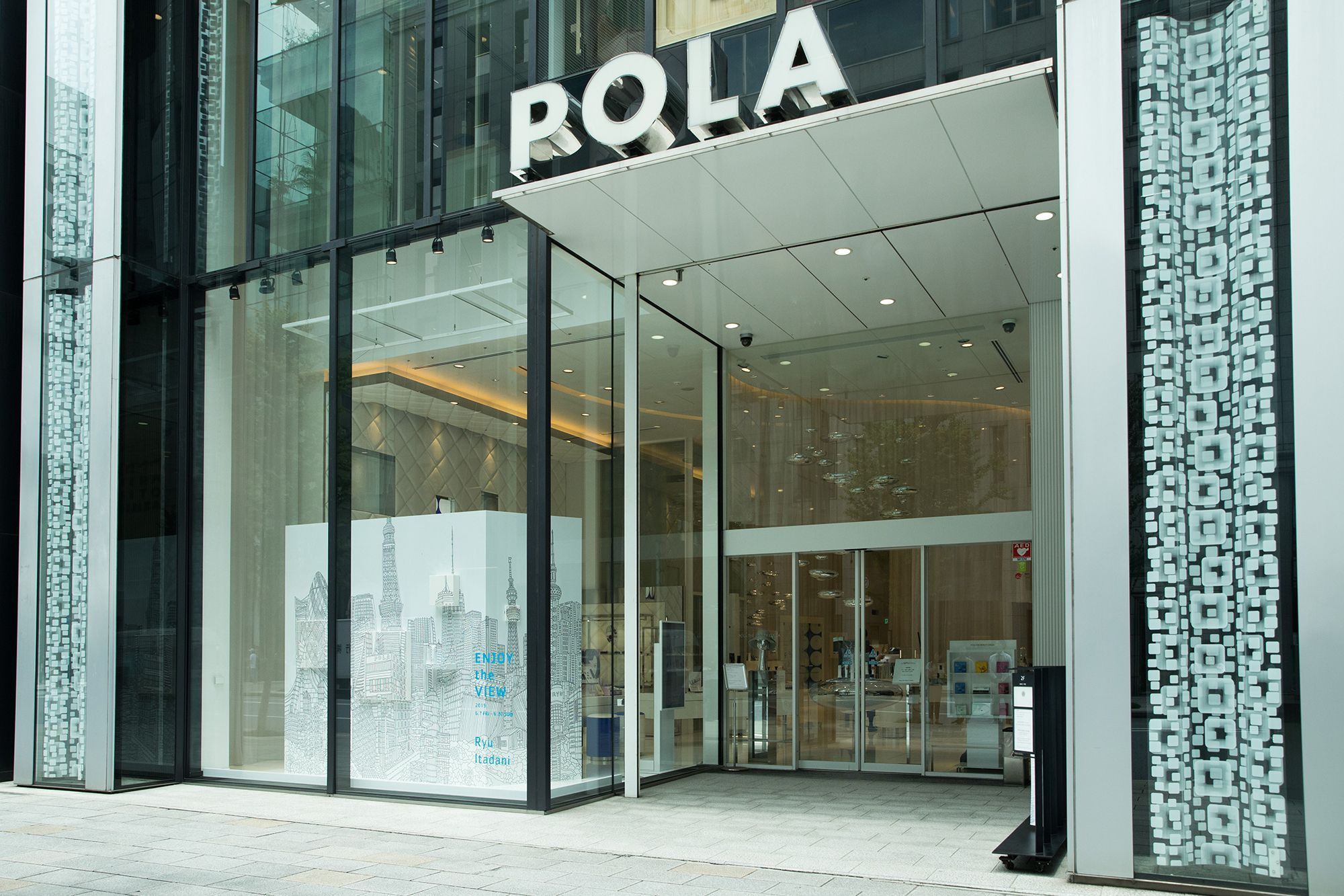 POLA THE BEAUTY GINZA is situated along the Ginza Chuo-Street. The location is easily accessible from the Ginza-Itchome Station.